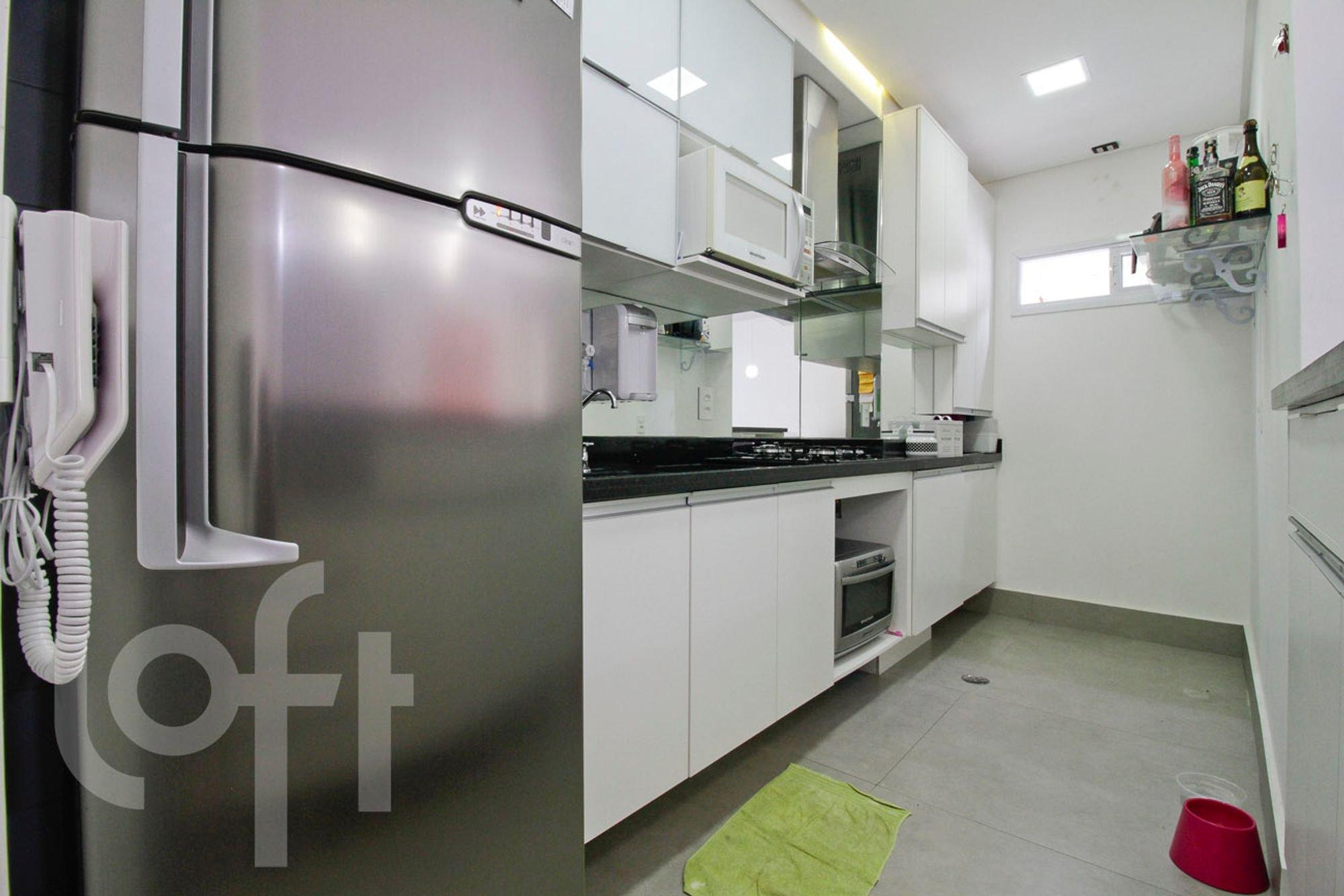 Foto de Cozinha com forno, geladeira, garrafa