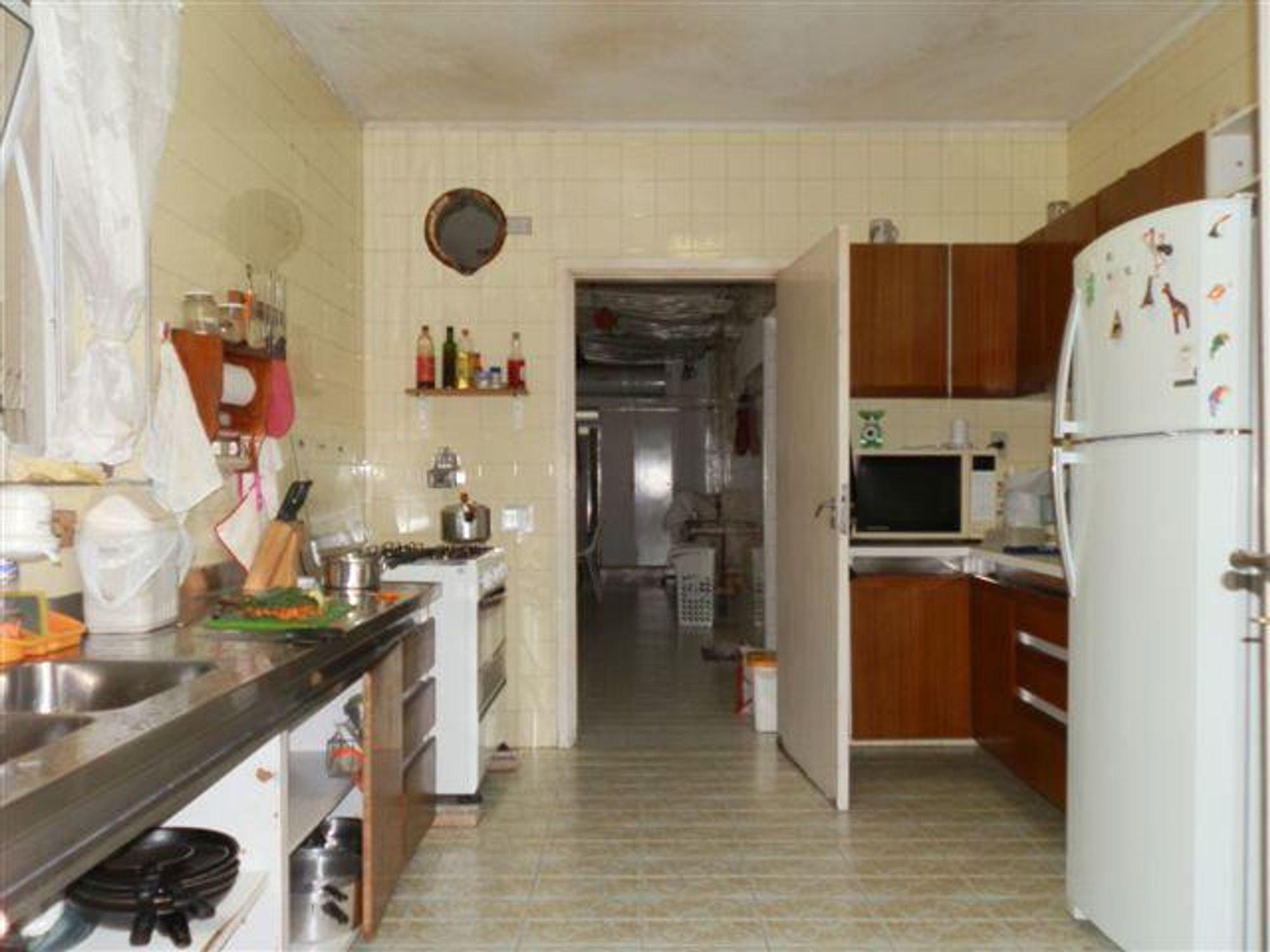 Foto de Cozinha com garrafa, geladeira, pia, microondas, xícara