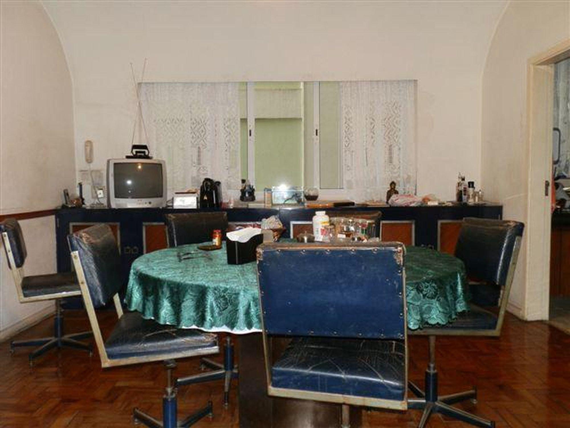 Foto de Sala com televisão, garrafa, cadeira, mesa de jantar
