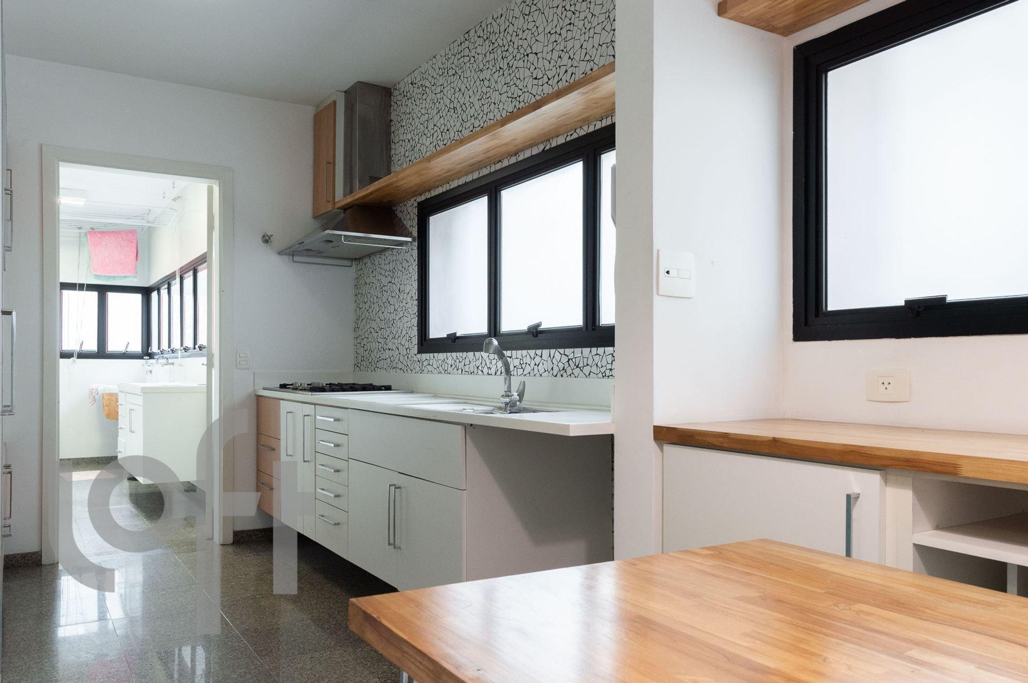 Foto de Cozinha com televisão, mesa de jantar