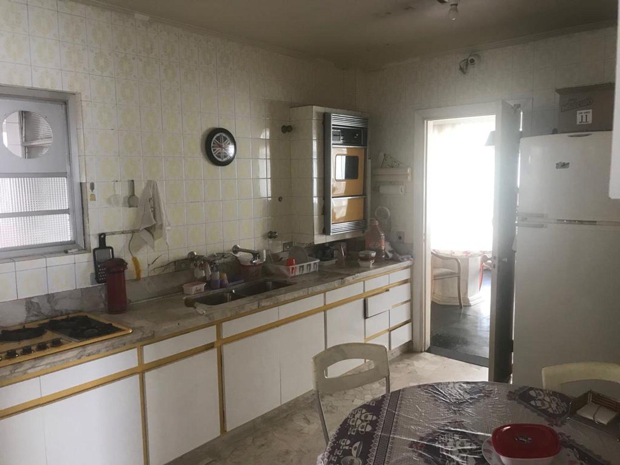 Foto de Cozinha com cadeira, pia, mesa de jantar, relógio, tigela, geladeira, xícara