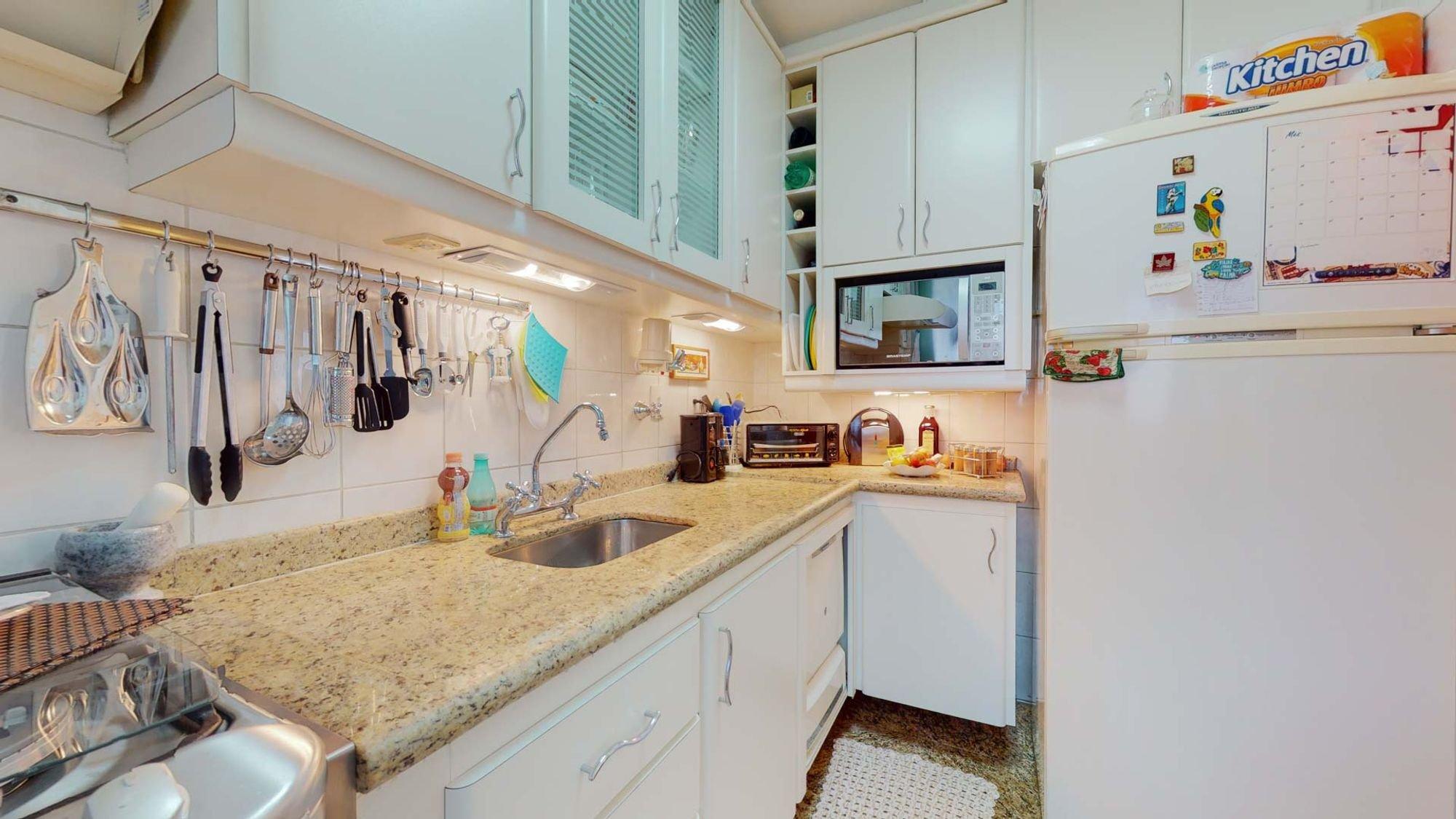 Foto de Cozinha com colher, garrafa, forno, geladeira, pia