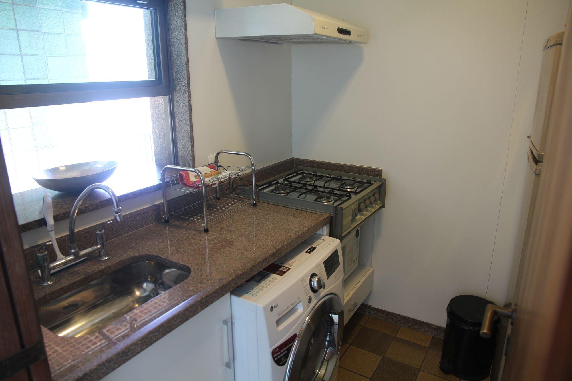 Foto de Cozinha com forno, tigela, pia