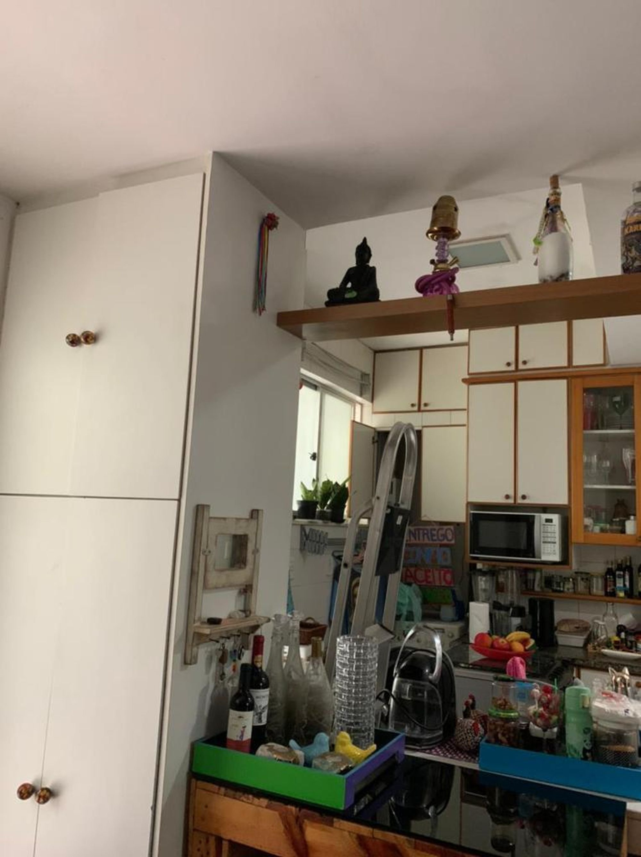 Foto de Cozinha com vaso de planta, microondas, garrafa