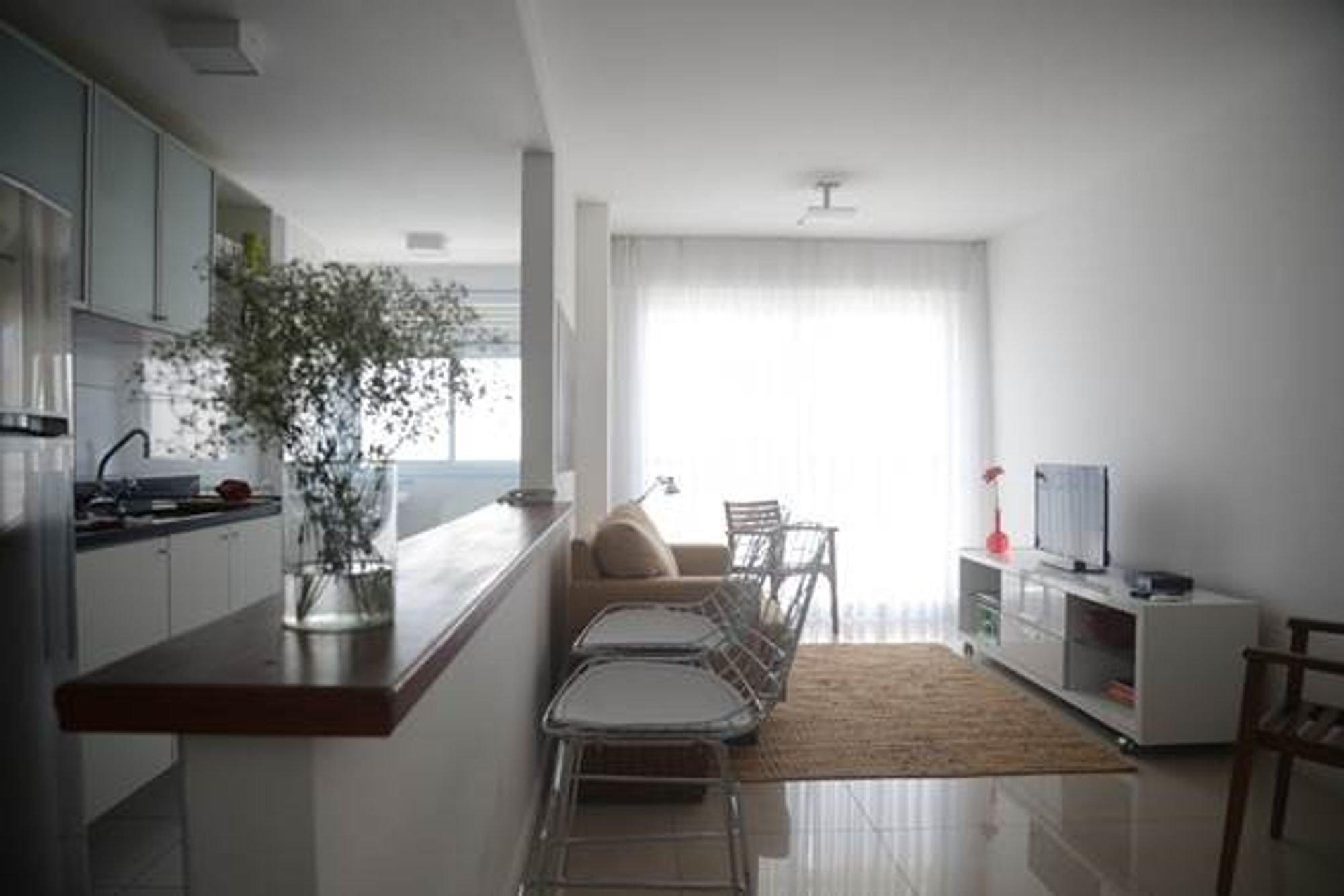 Foto de Sala com vaso de planta, televisão, vaso, geladeira, cadeira