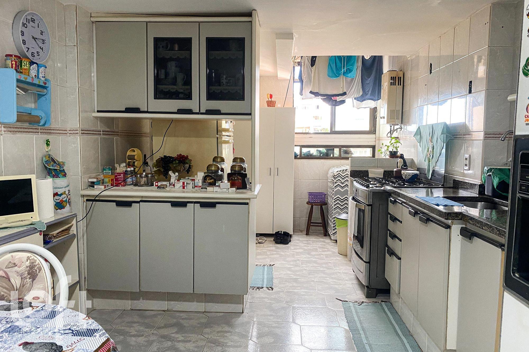 Foto de Cozinha com televisão, relógio, cadeira, mesa de jantar