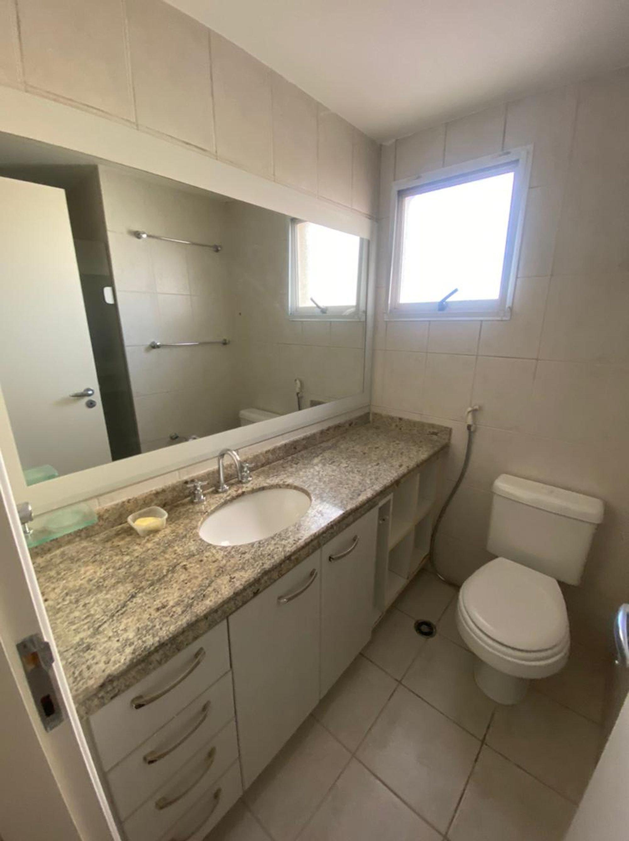Foto de Banheiro com tigela, vaso sanitário, pia