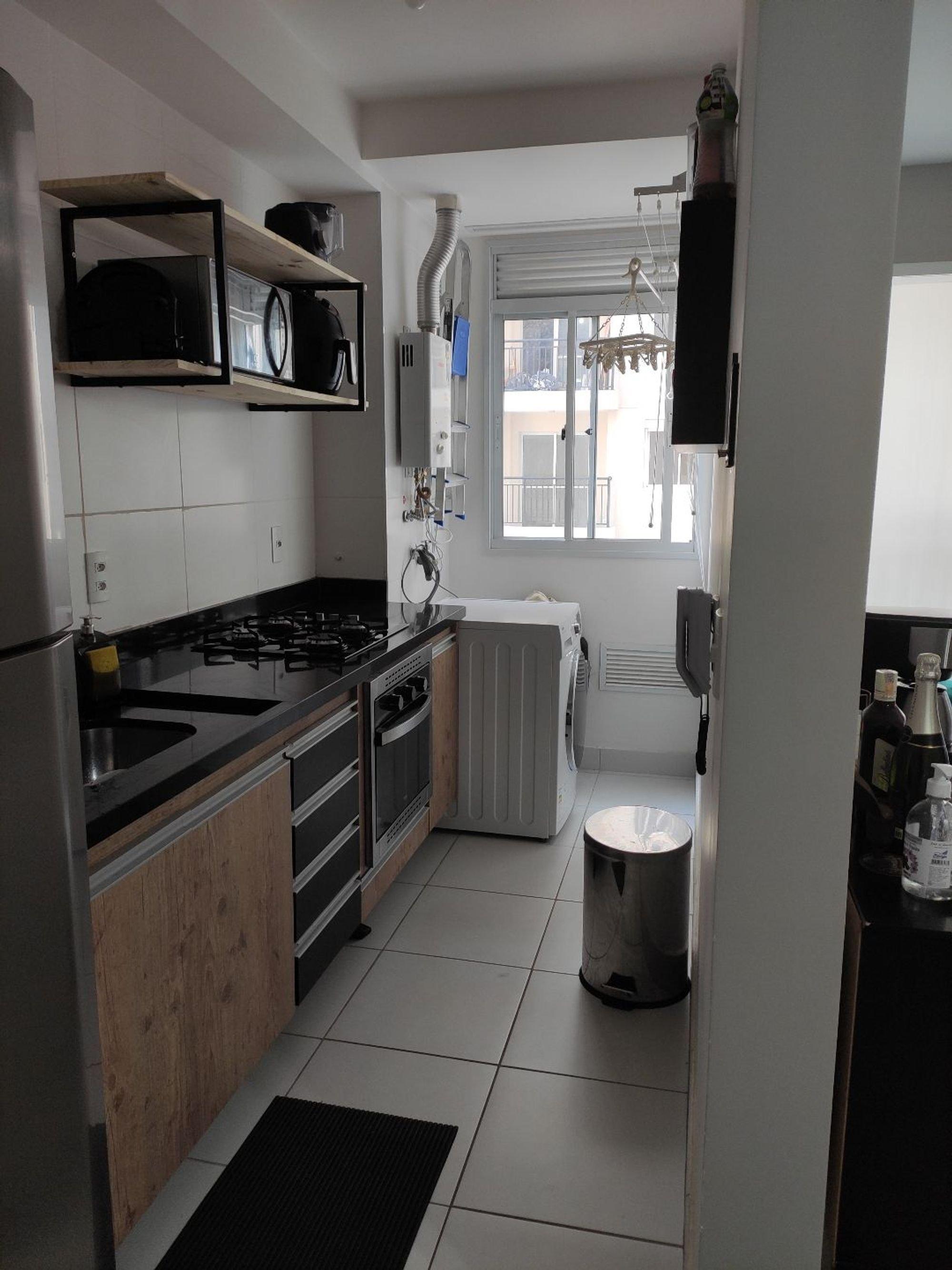 Foto de Cozinha com relógio, garrafa, forno, geladeira