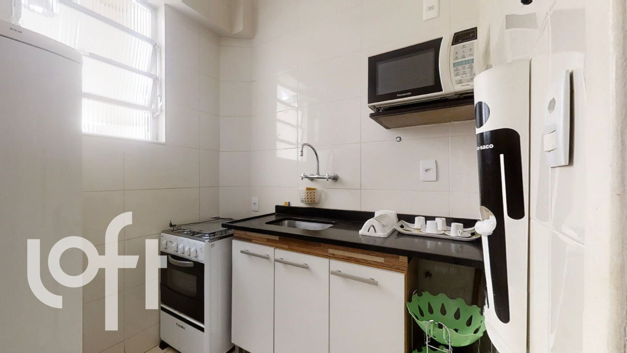 Foto de Cozinha com forno, pia, microondas, xícara