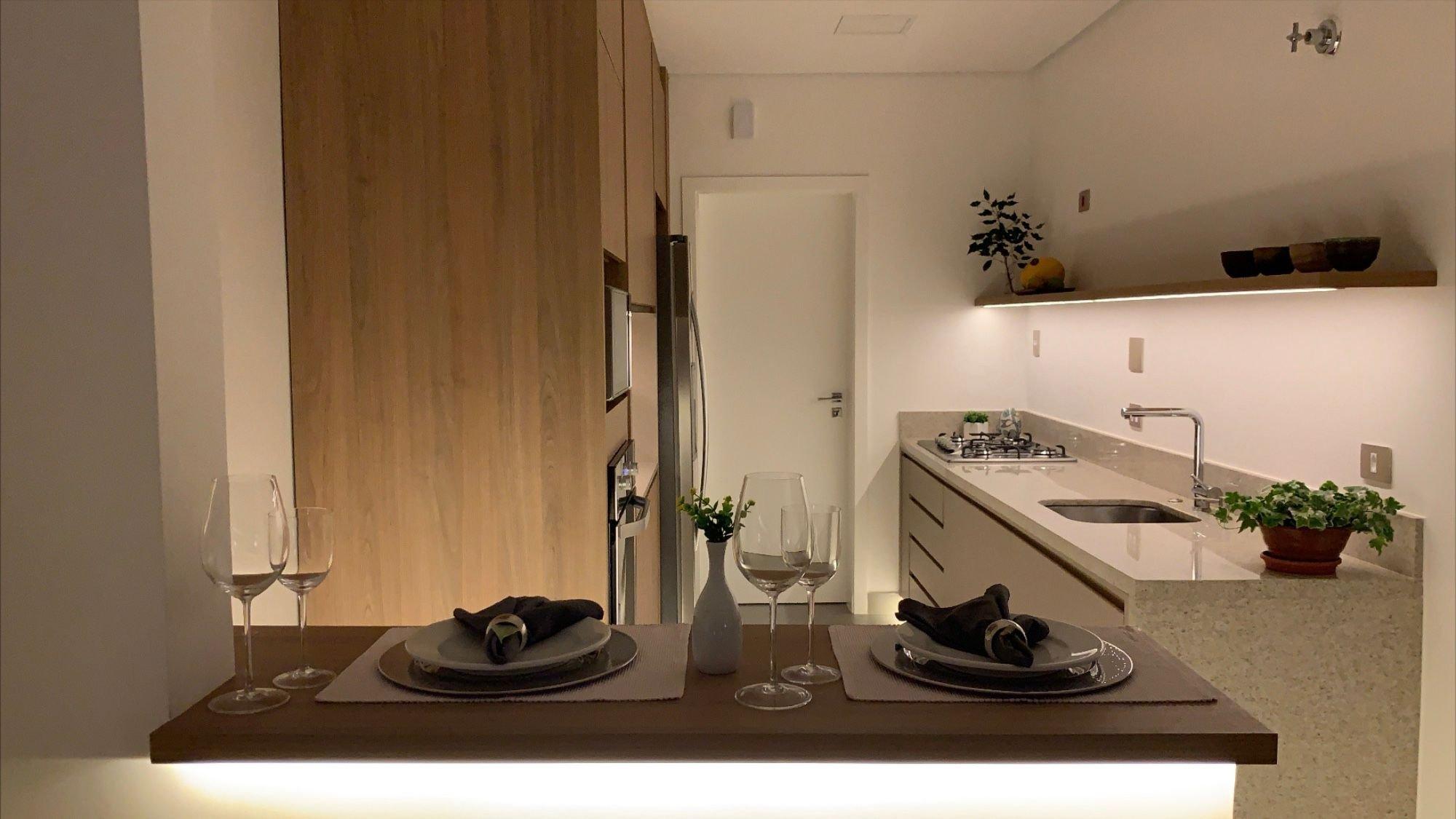 Foto de Banheiro com vaso de planta, copo de vinho, vaso, pia