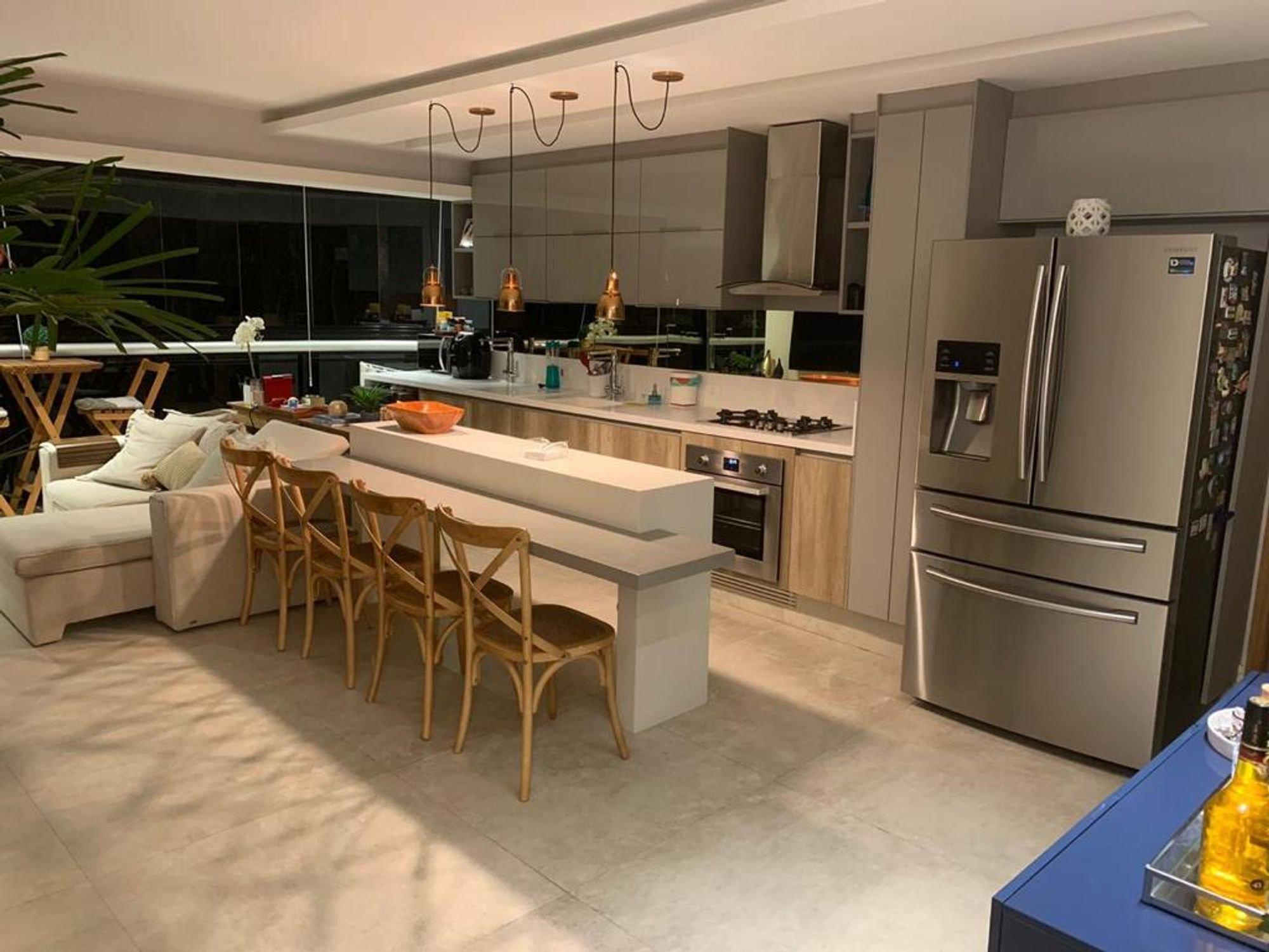Foto de Cozinha com forno, tigela, geladeira, cadeira