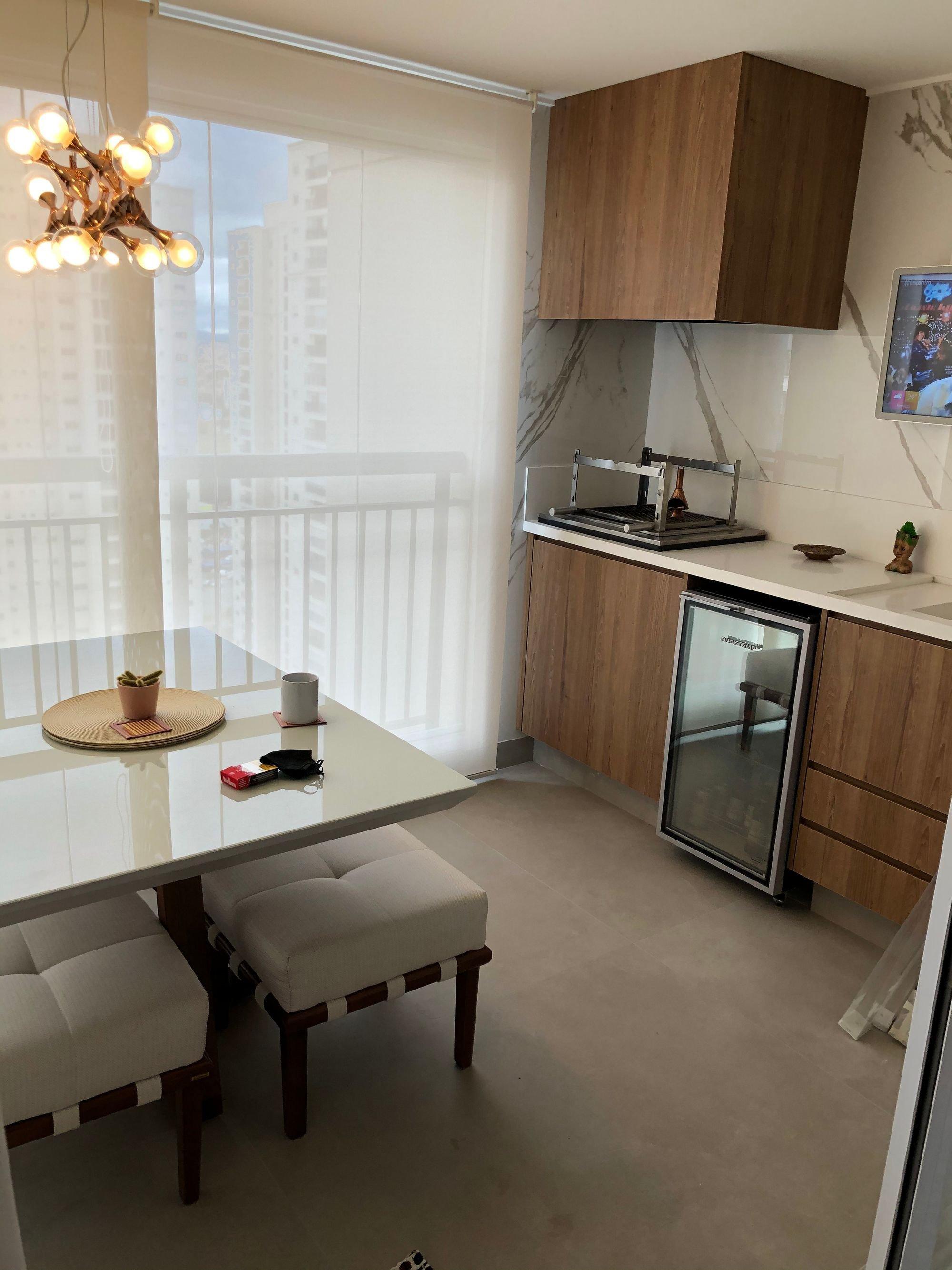 Foto de Sala com tigela, geladeira, cadeira, mesa de jantar