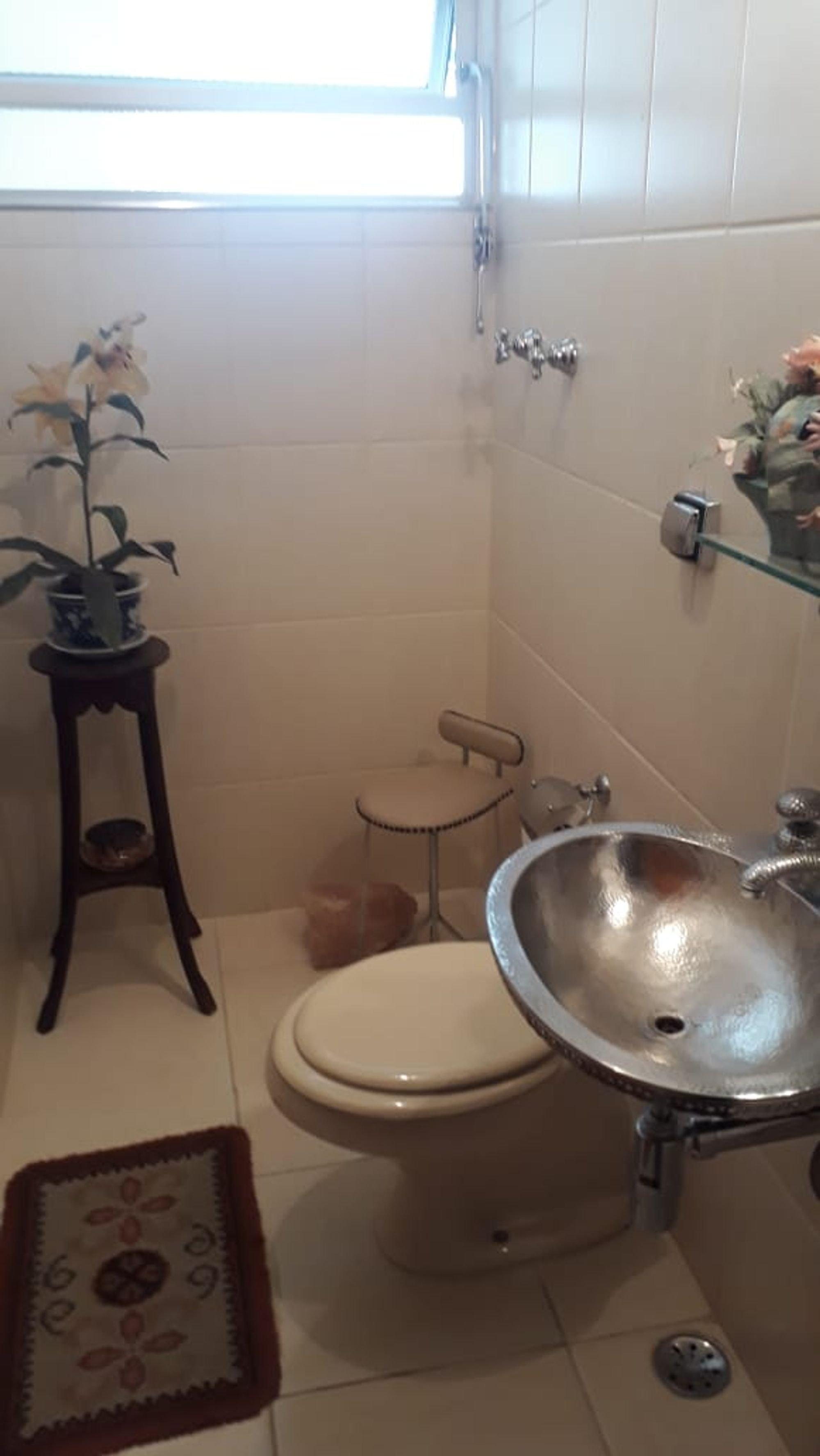Foto de Banheiro com vaso de planta, vaso sanitário, pia, cadeira