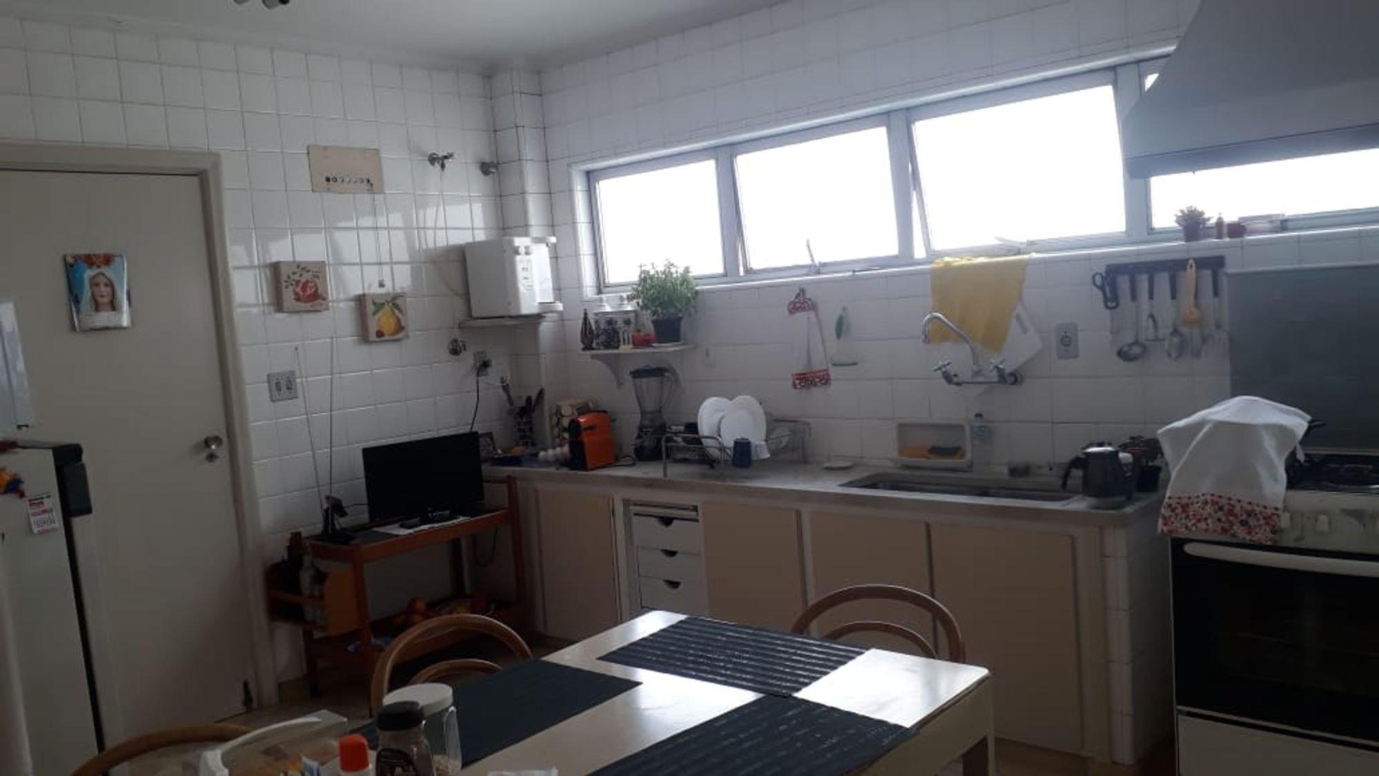 Foto de Cozinha com vaso de planta, televisão, forno, cadeira, pia, mesa de jantar, colher