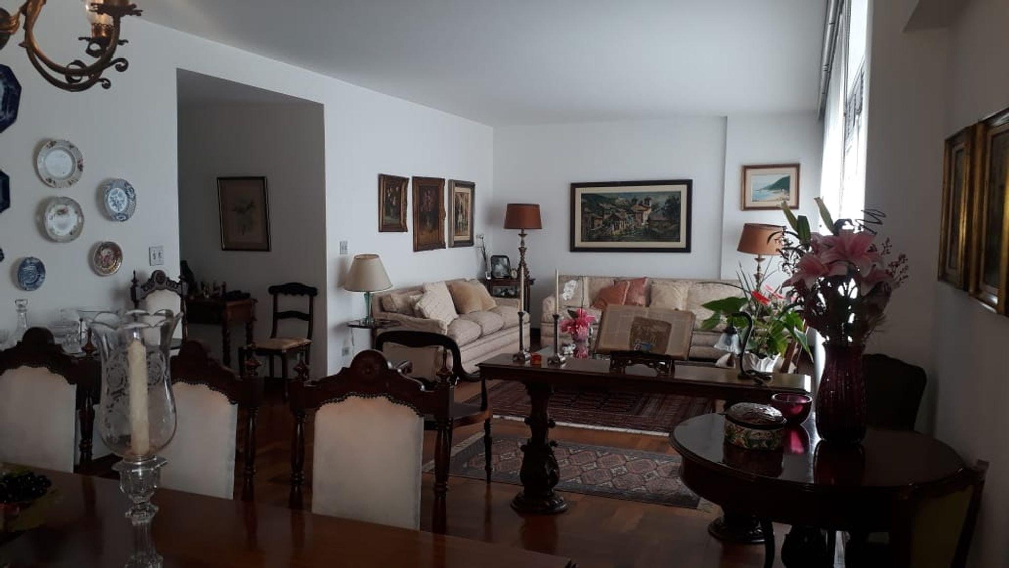 Foto de Hall com sofá, vaso, cadeira