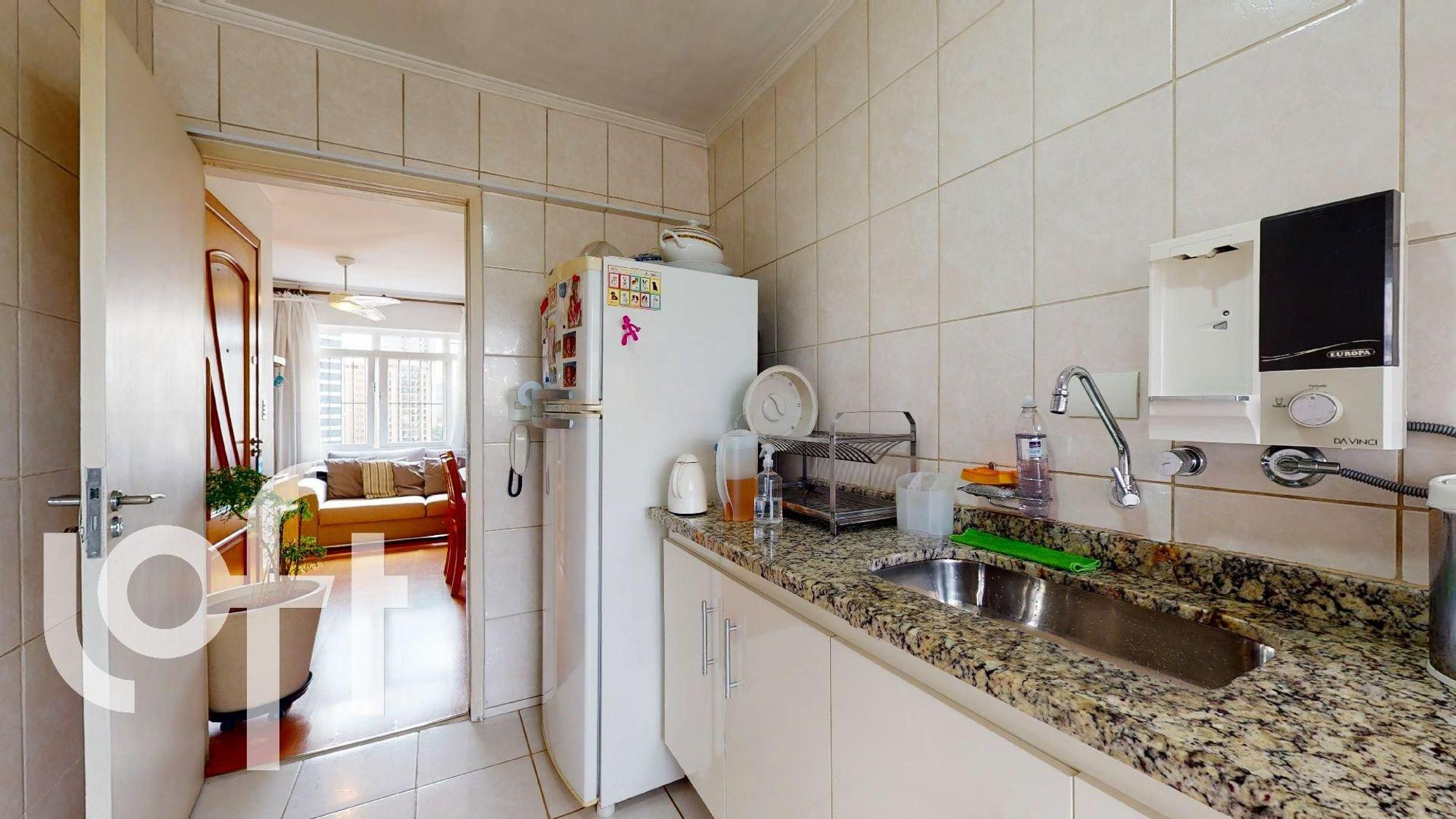 Foto de Cozinha com vaso de planta, sofá, relógio, geladeira, pia