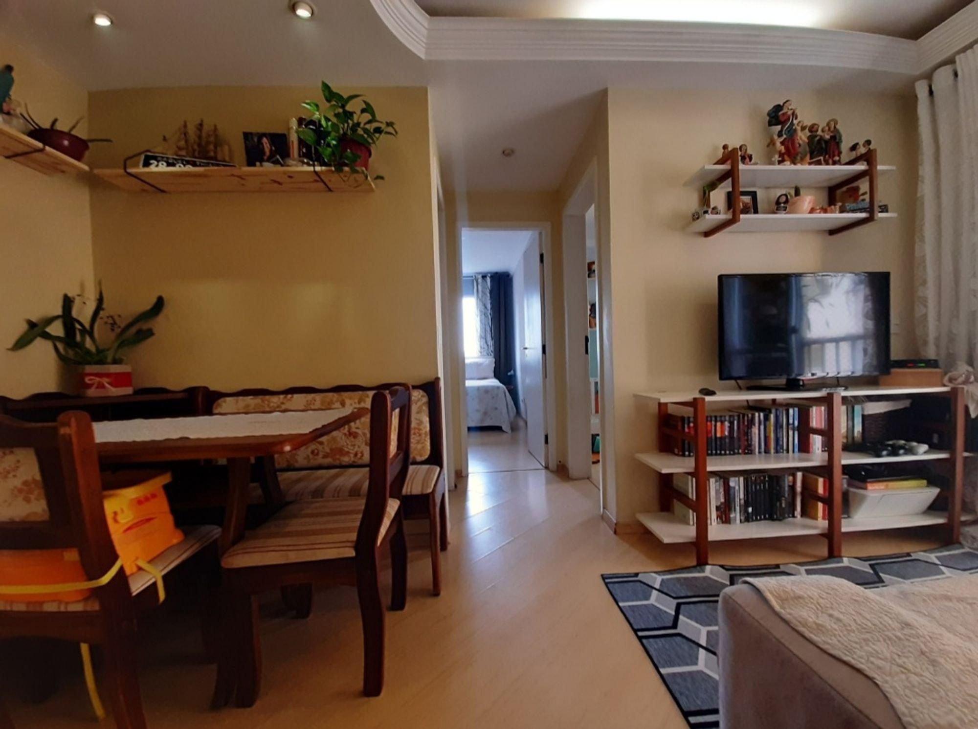 Foto de Sala com cama, vaso de planta, cadeira, livro