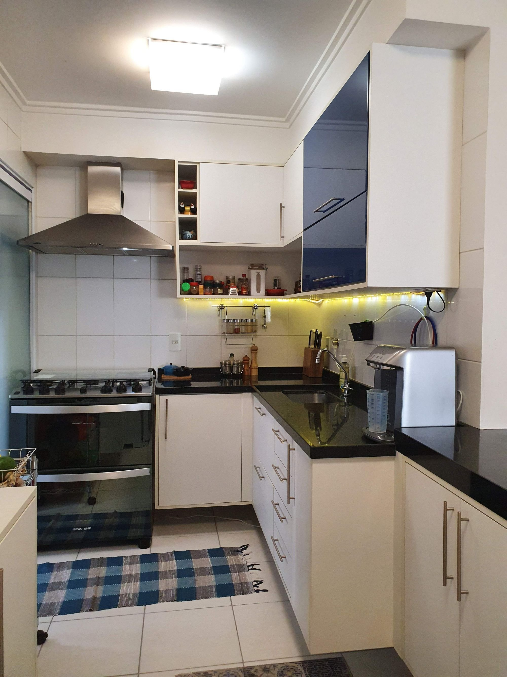 Foto de Cozinha com garrafa, forno, tigela, pia, xícara