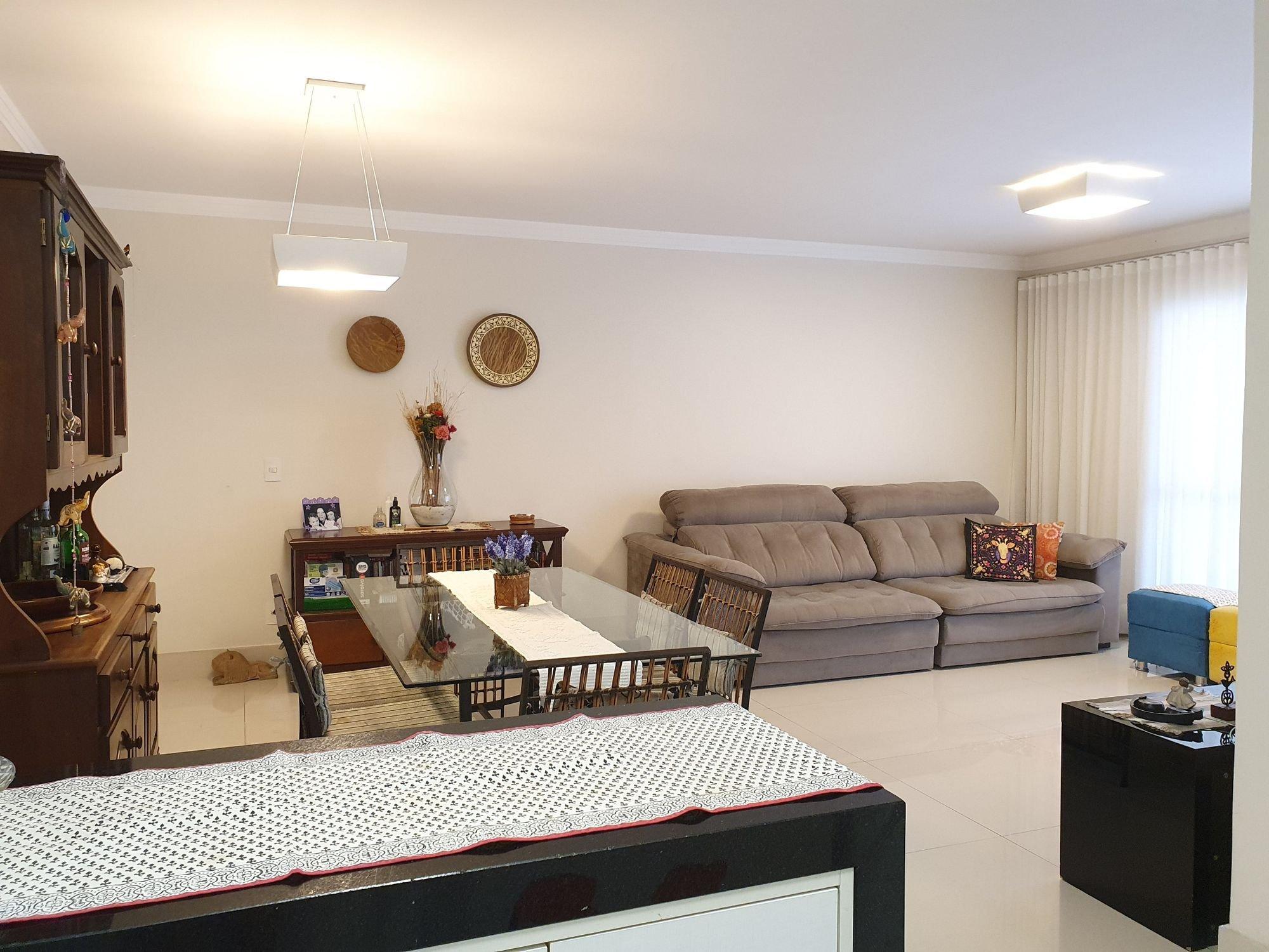 Foto de Sala com sofá, vaso, garrafa, relógio, cadeira, mesa de jantar