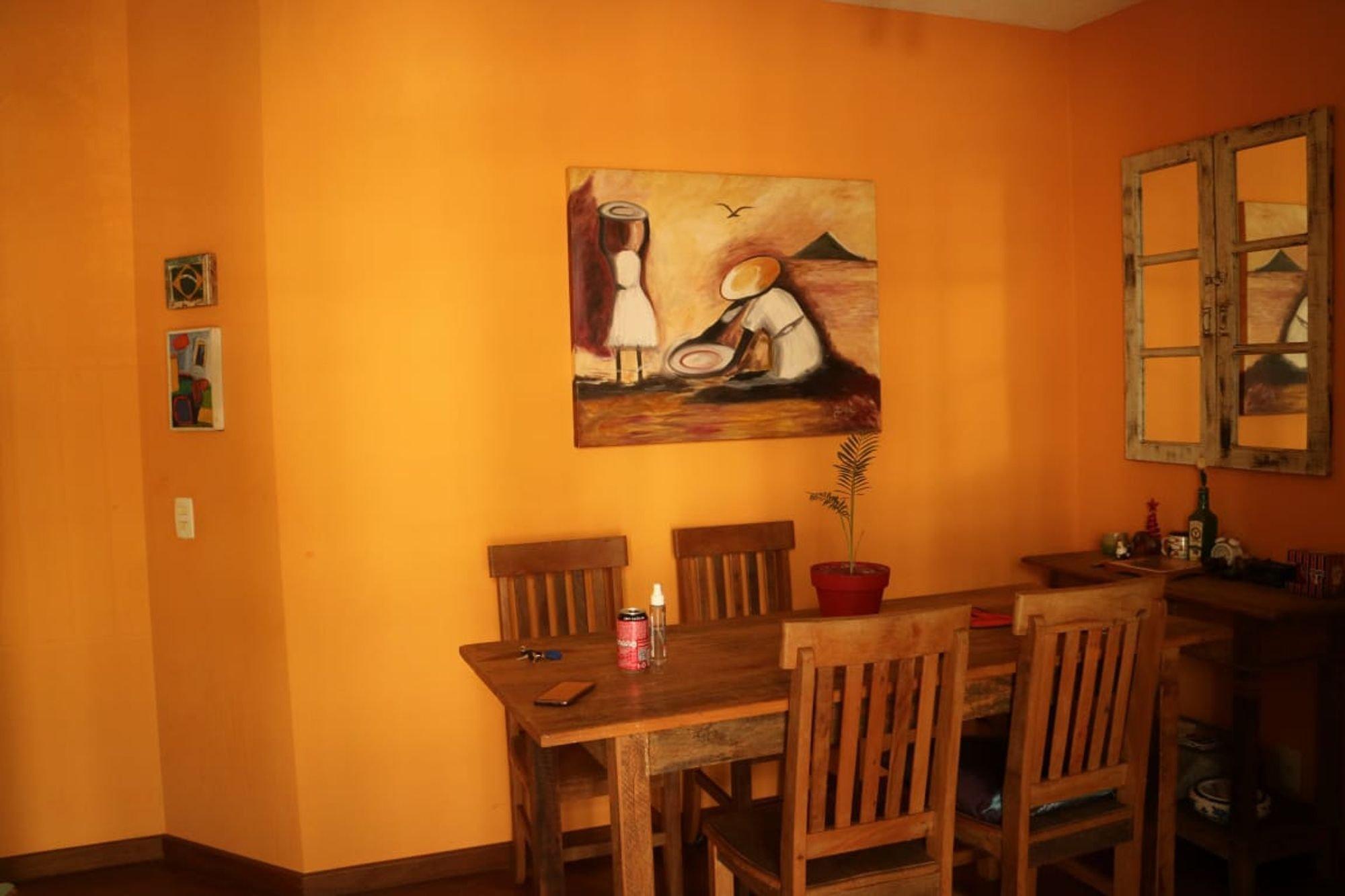 Foto de Hall com vaso de planta, garrafa, cadeira, mesa de jantar, xícara