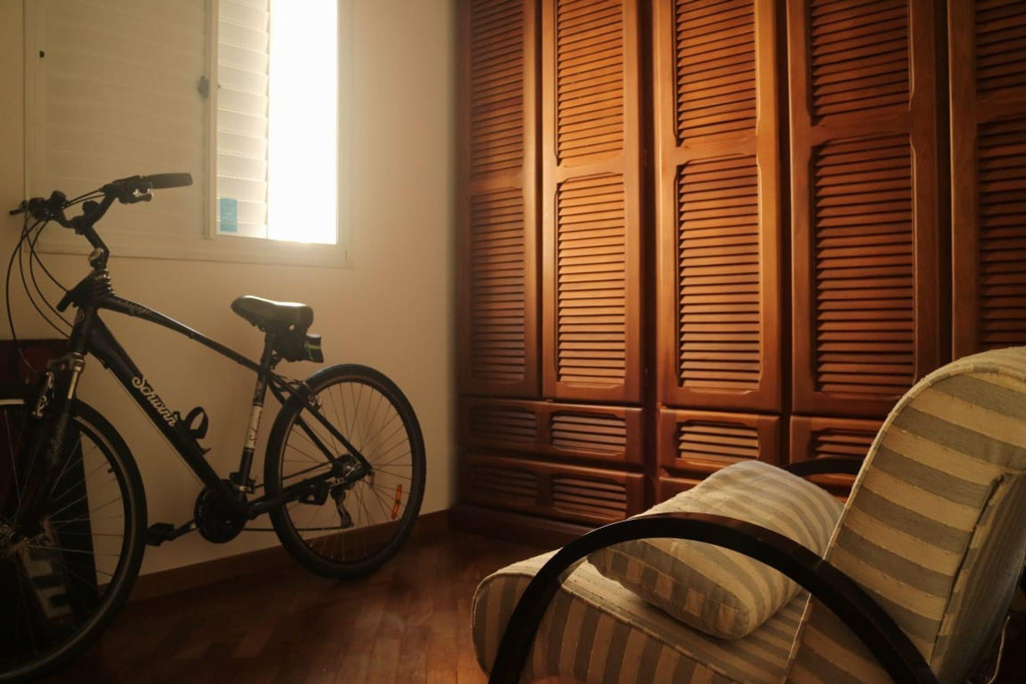 Nesta foto há bicicleta, cadeira