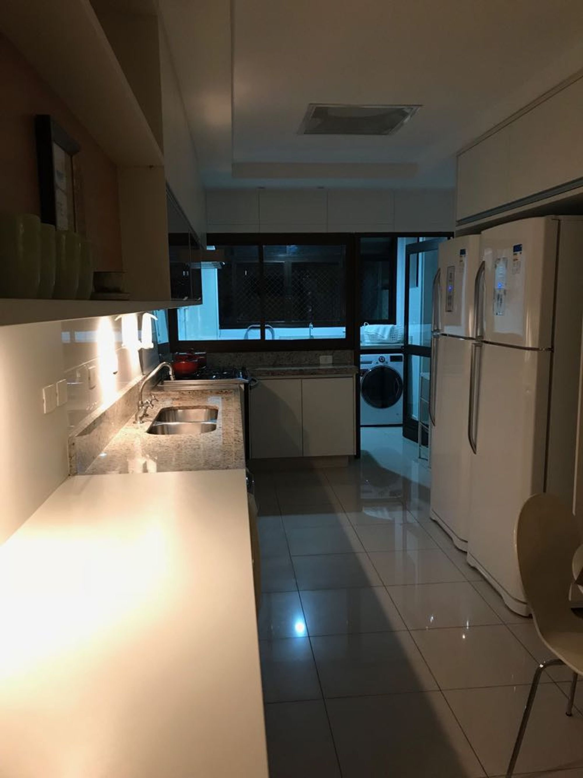 Foto de Cozinha com tigela, geladeira, cadeira, pia