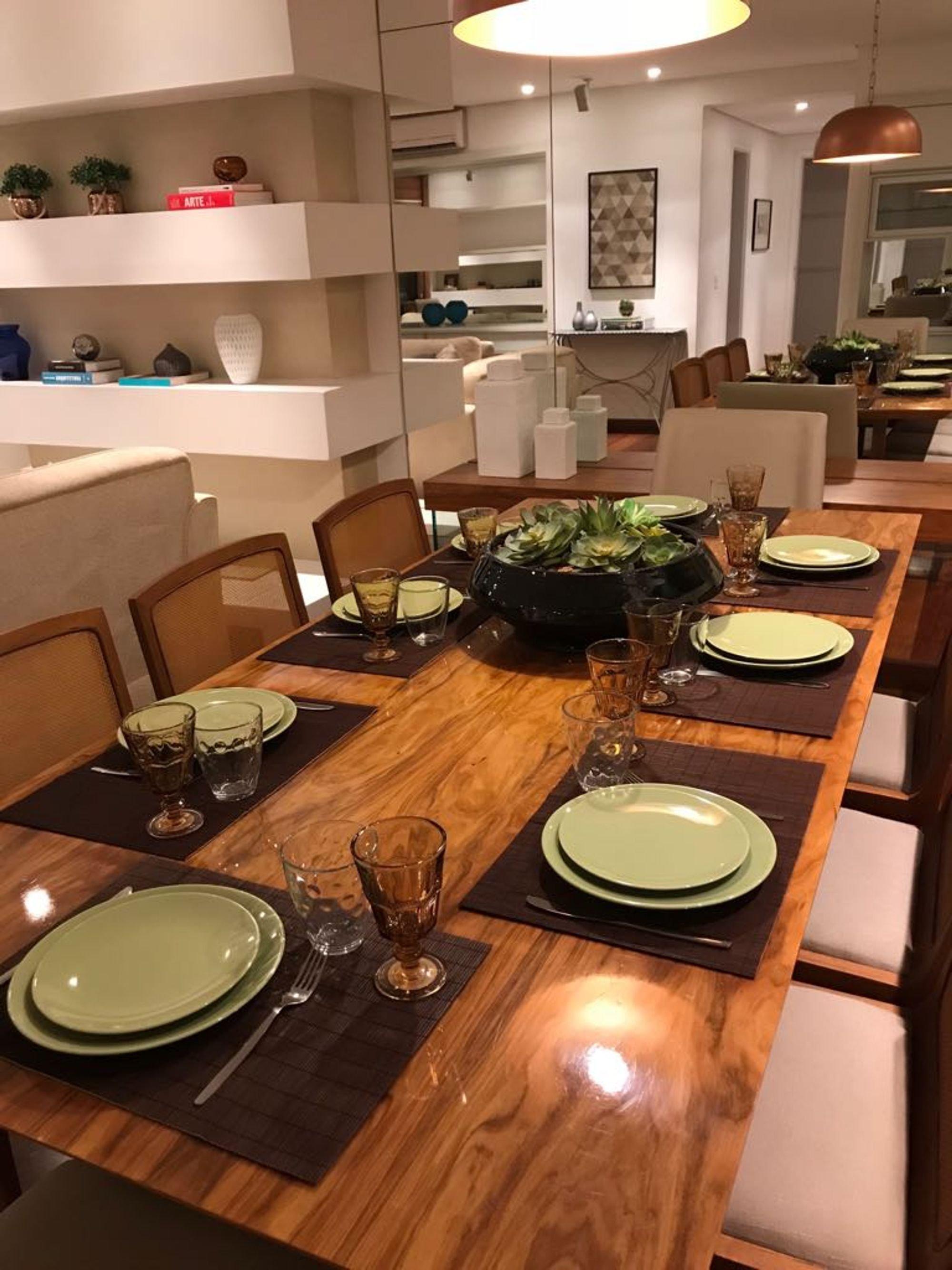 Foto de Sala com vaso de planta, copo de vinho, garfo, cadeira, mesa de jantar, xícara