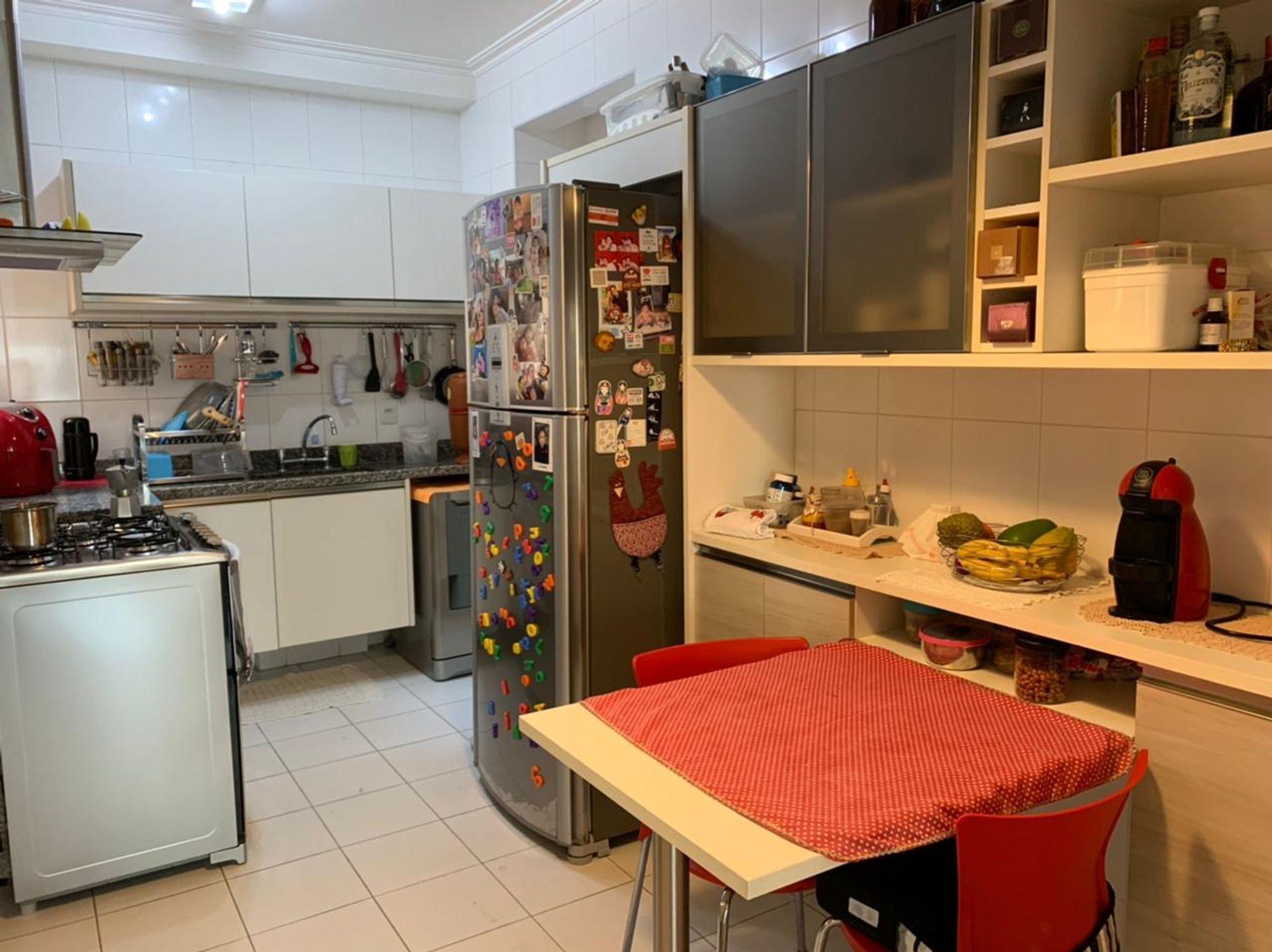 Foto de Cozinha com forno, pia, cadeira, mesa de jantar, garrafa, tigela, geladeira