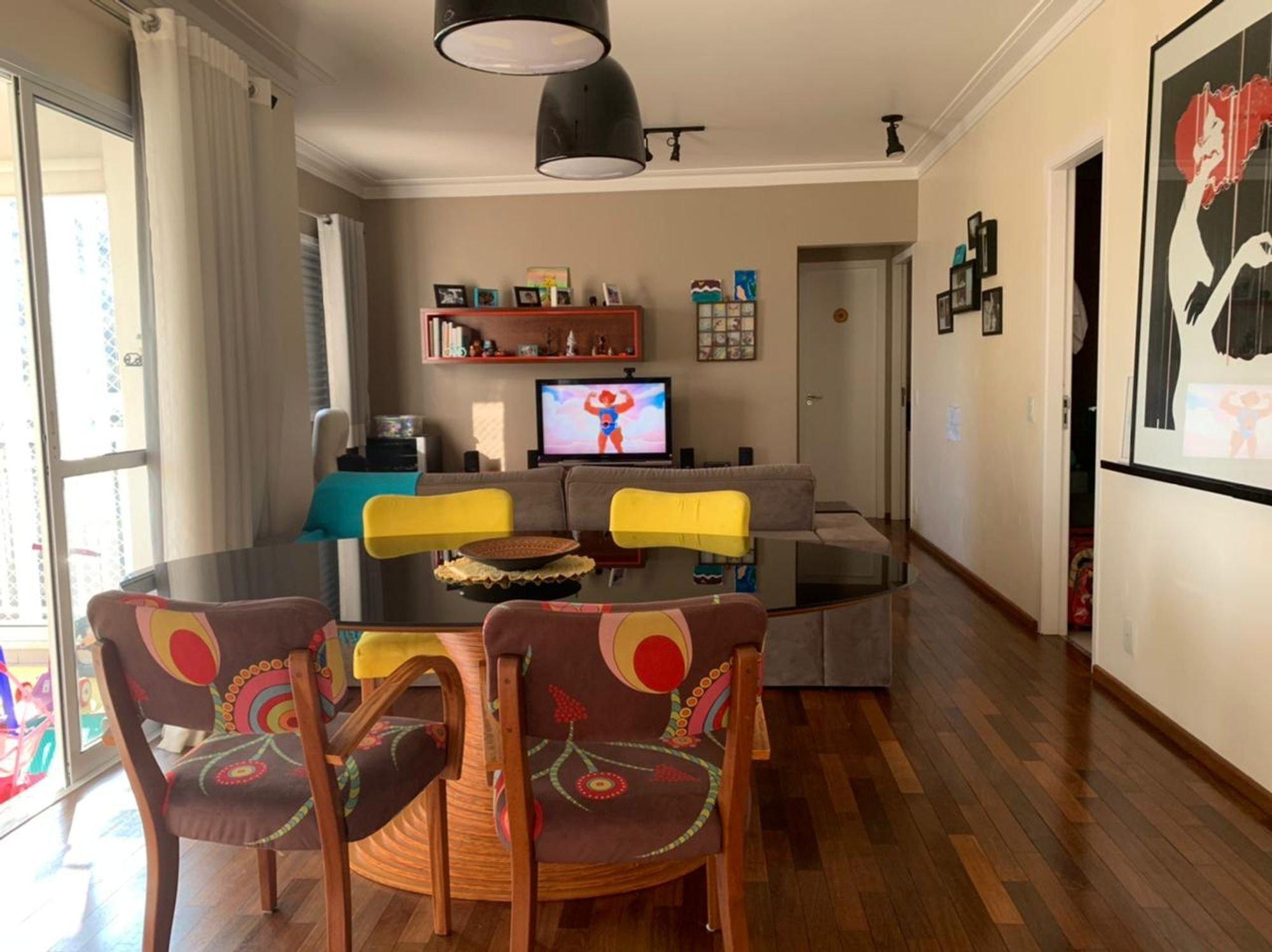 Foto de Varanda com televisão, tigela, cadeira, mesa de jantar