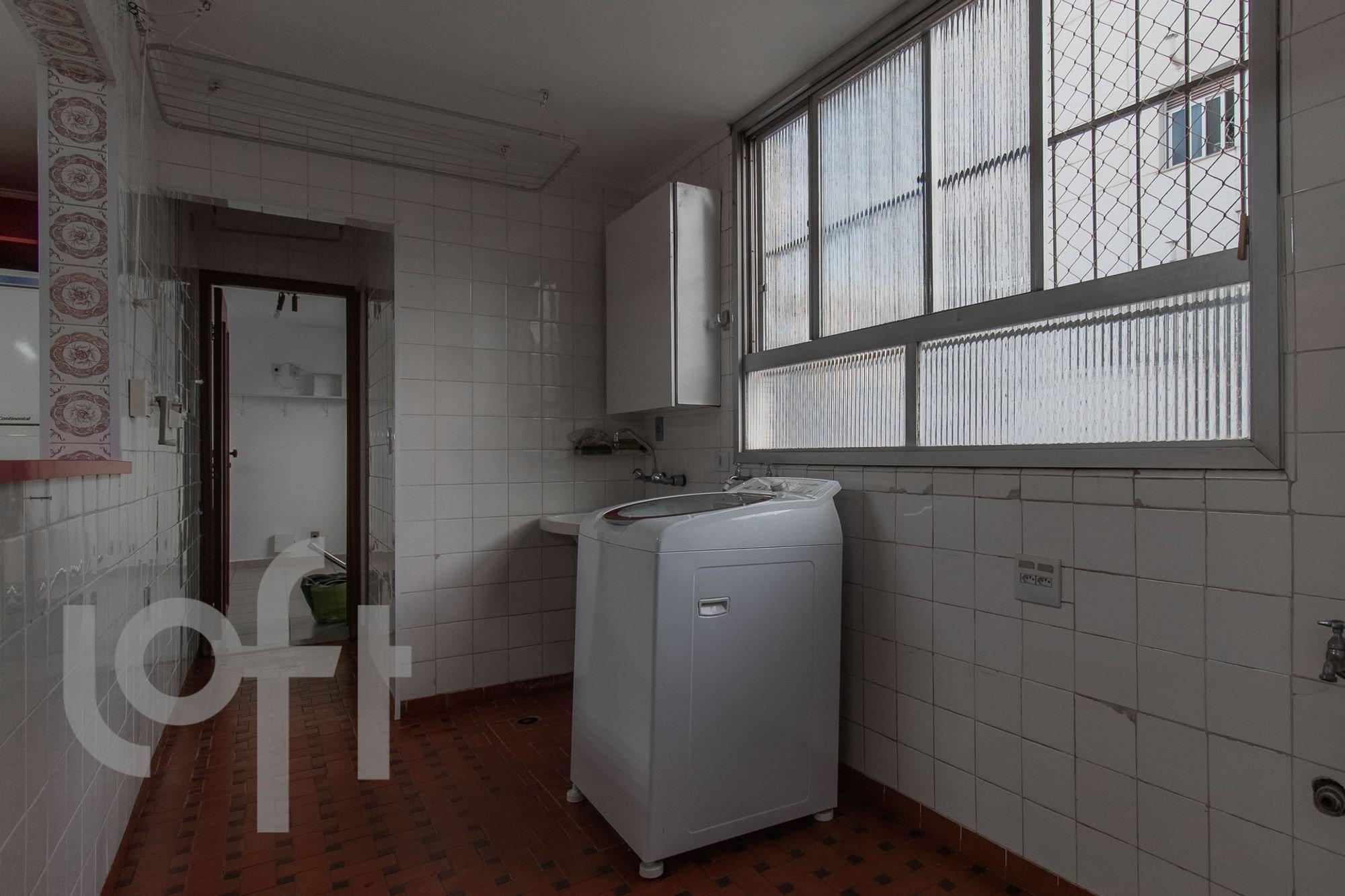 Foto de Lavanderia com geladeira, pia