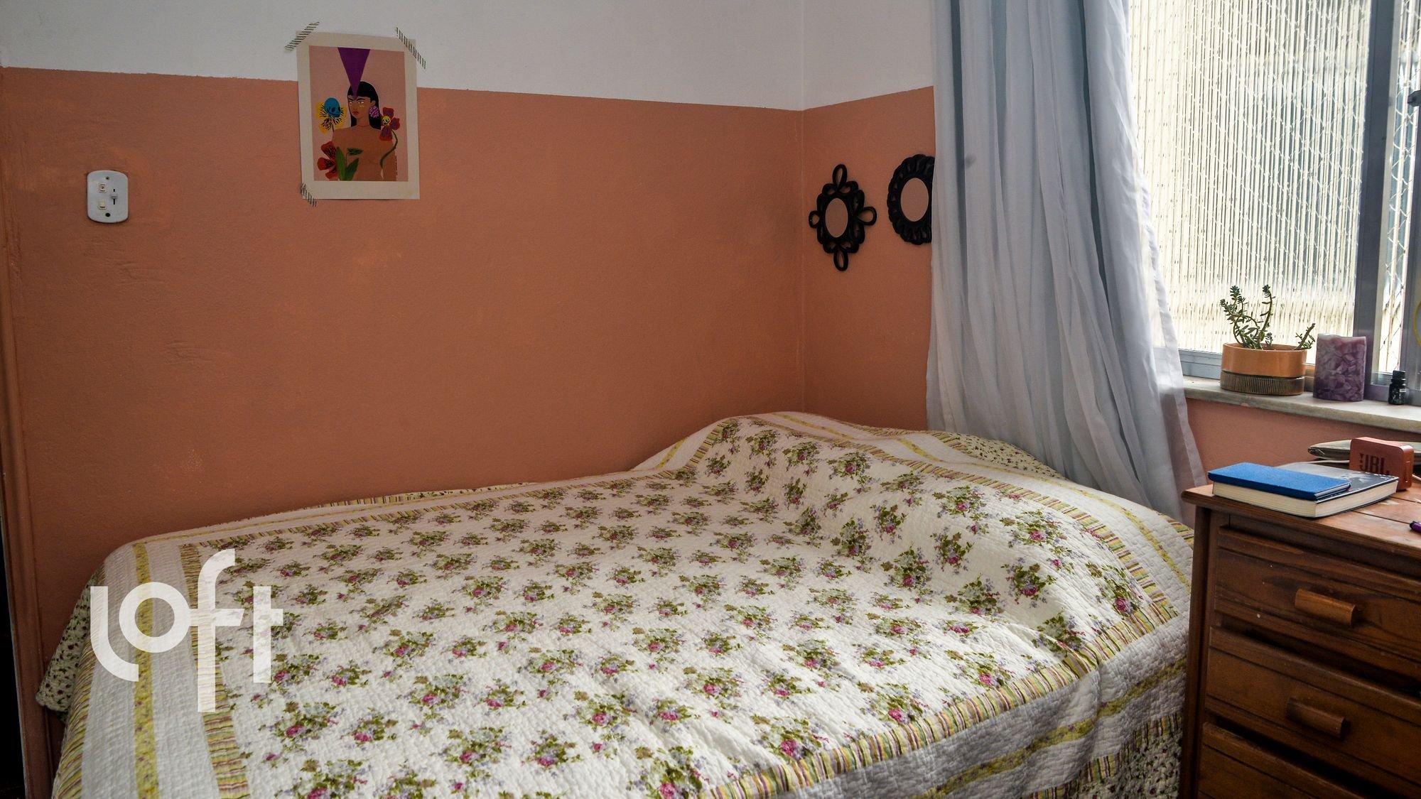 Foto de Quarto com cama, vaso de planta, livro