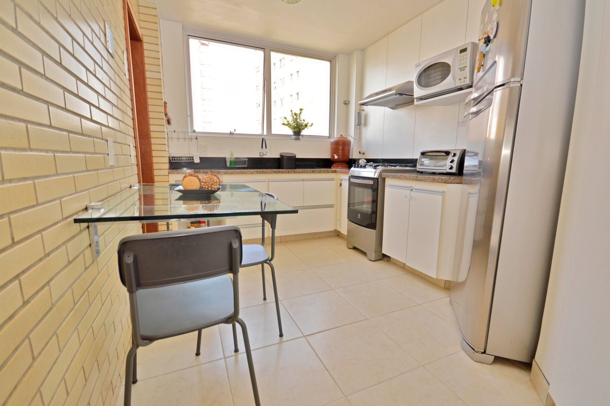 Foto de Cozinha com vaso de planta, vaso, forno, tigela, cadeira