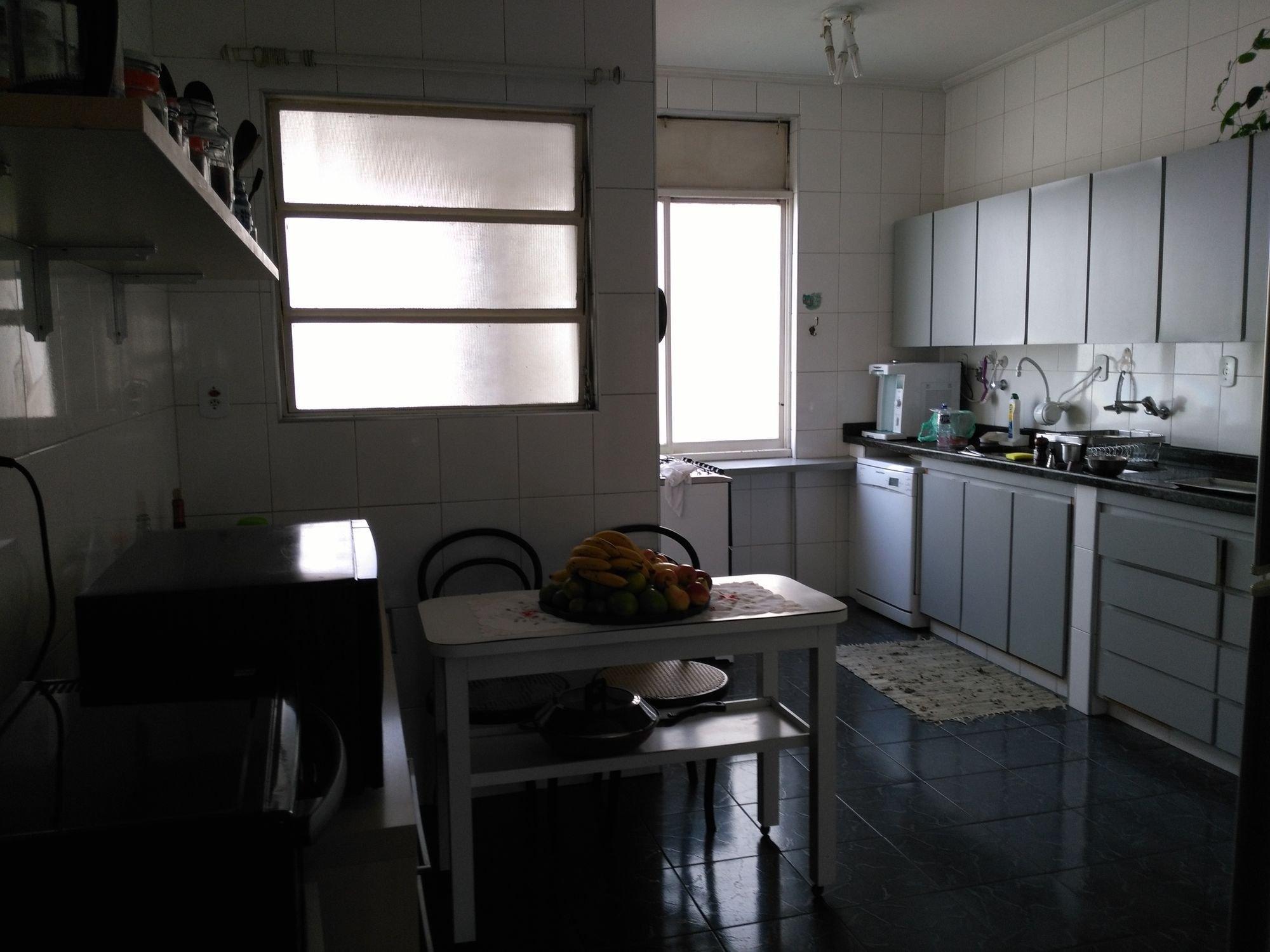Foto de Cozinha com garrafa, mesa de jantar, xícara