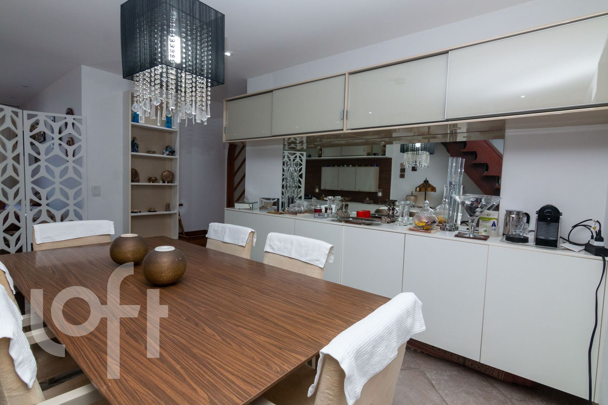 Foto de Cozinha com televisão, vaso, cadeira, mesa de jantar
