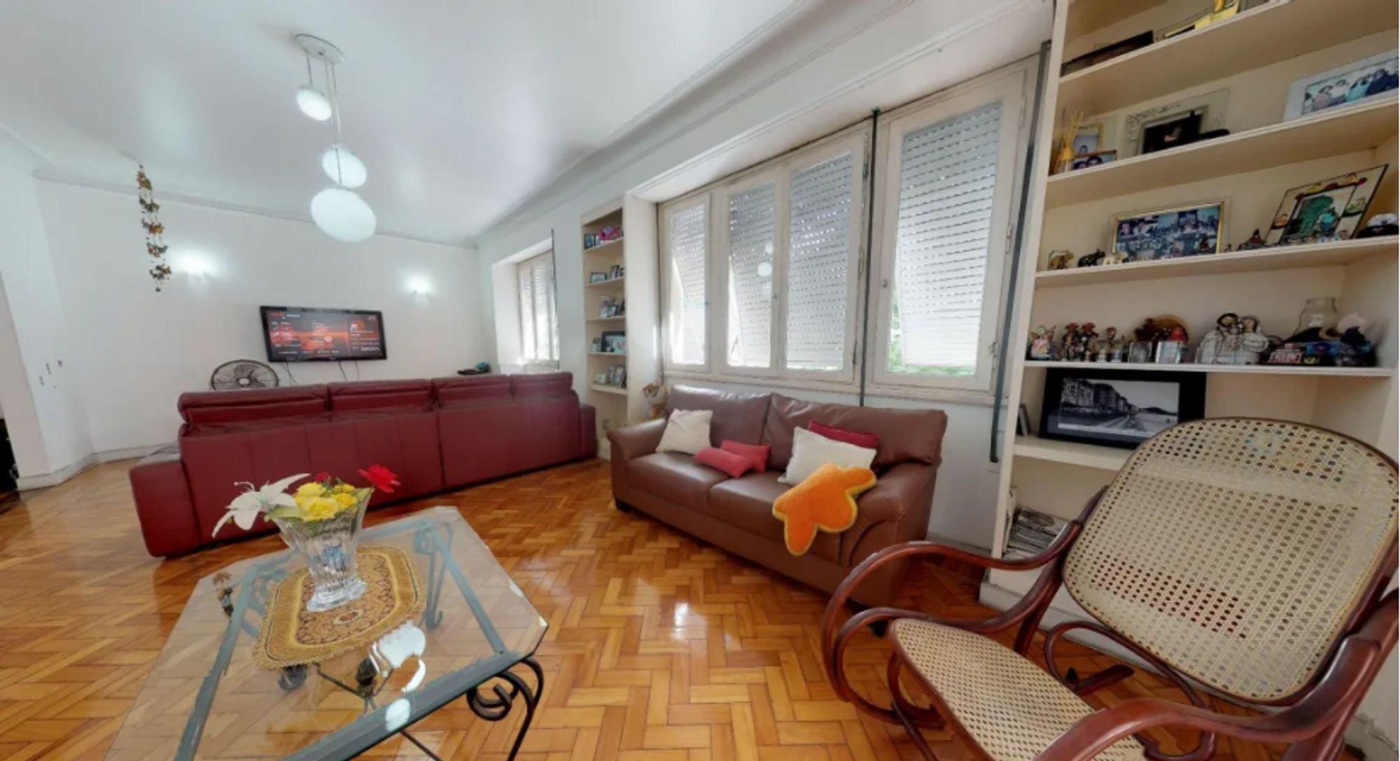 Foto de Sala com sofá, televisão, vaso, cadeira