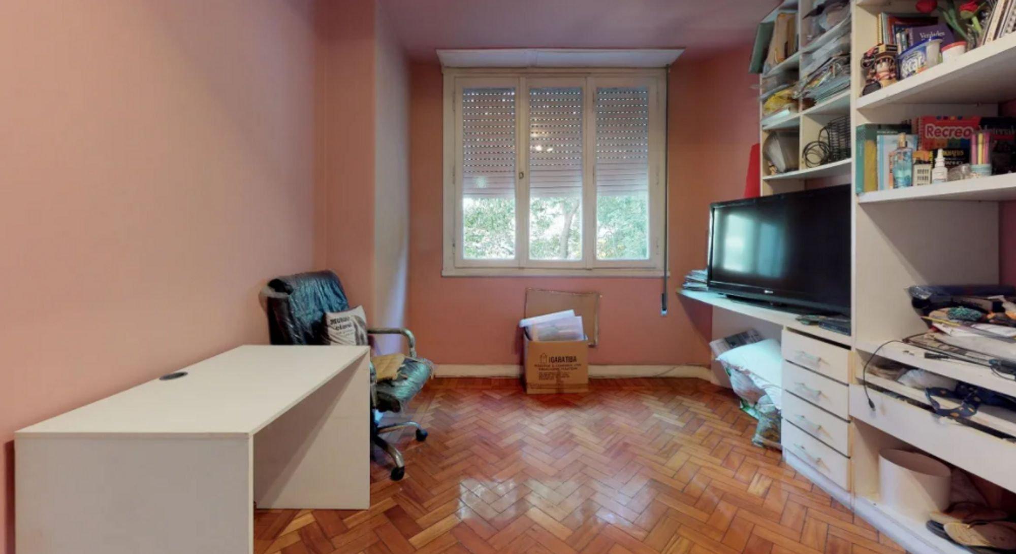 Foto de Sala com televisão, cadeira, pessoa, livro