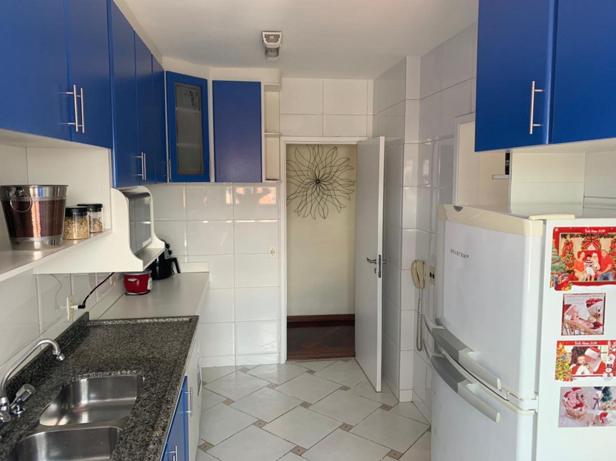 Foto de Cozinha com geladeira, pia, xícara