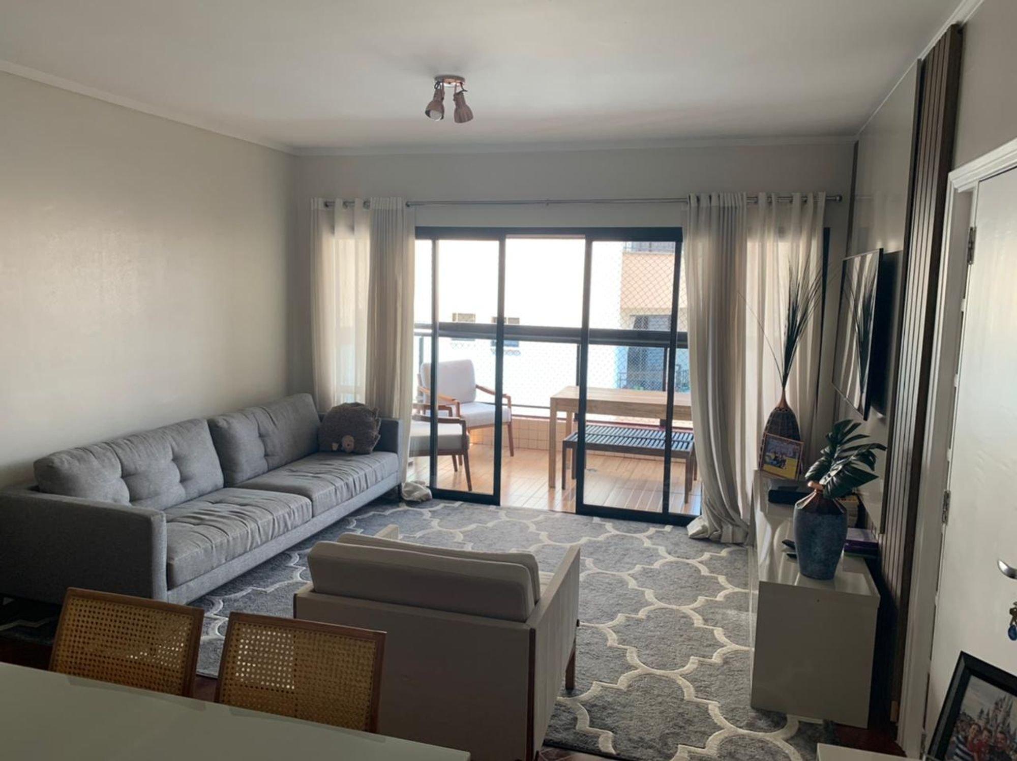 Foto de Sala com cama, vaso de planta, sofá, vaso, cadeira, mesa de jantar