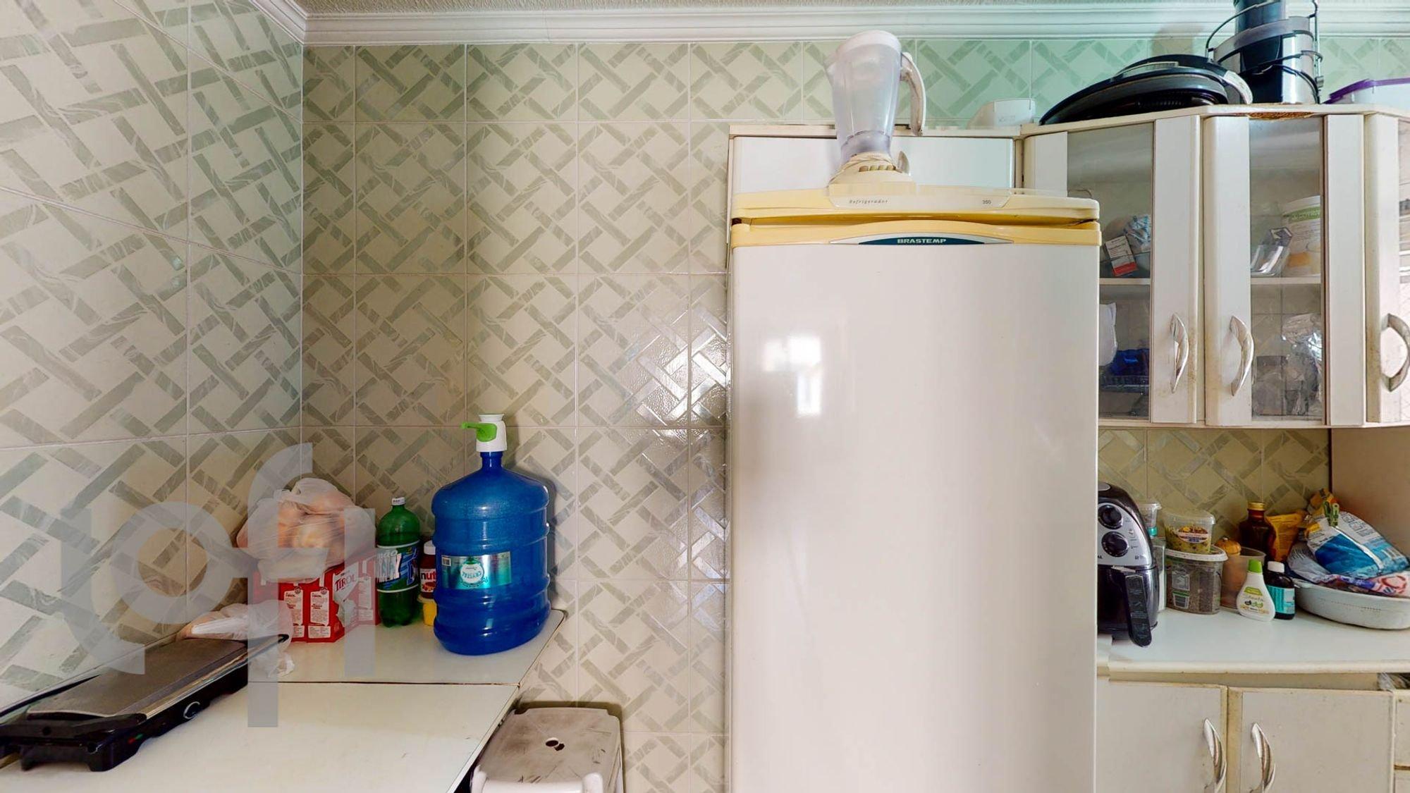 Foto de Cozinha com tigela, garrafa
