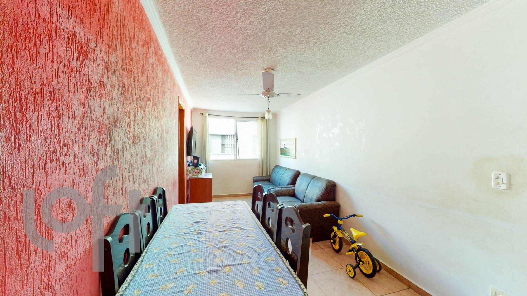 Foto de Sala com sofá, bicicleta, cadeira, mesa de jantar