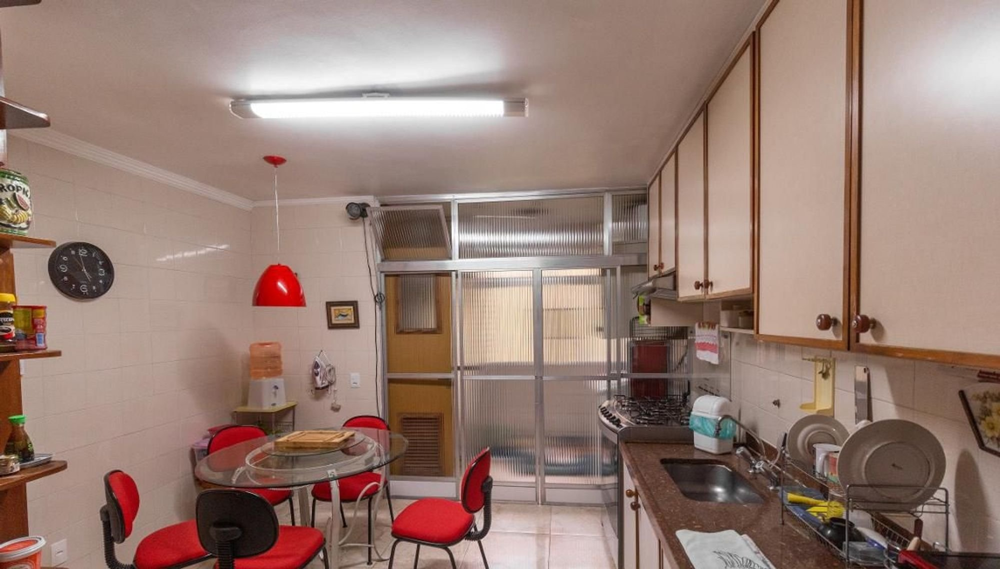 Foto de Cozinha com relógio, garrafa, cadeira, pia