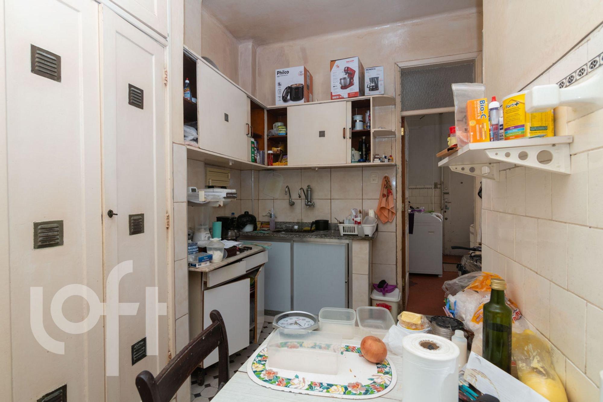 Foto de Cozinha com garrafa, forno, tigela, cadeira, mesa de jantar, xícara