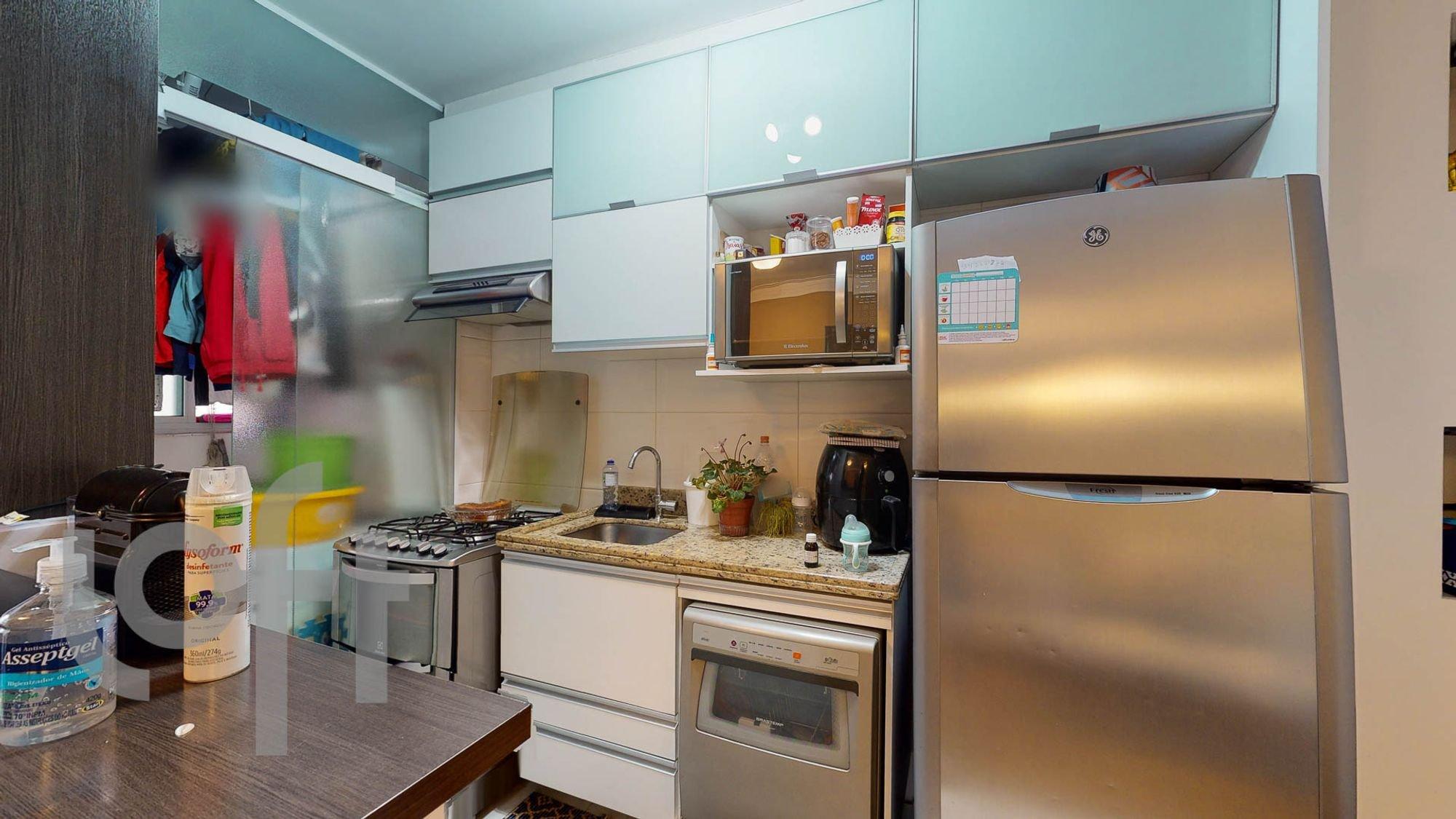 Foto de Cozinha com vaso de planta, forno, geladeira, pia, microondas
