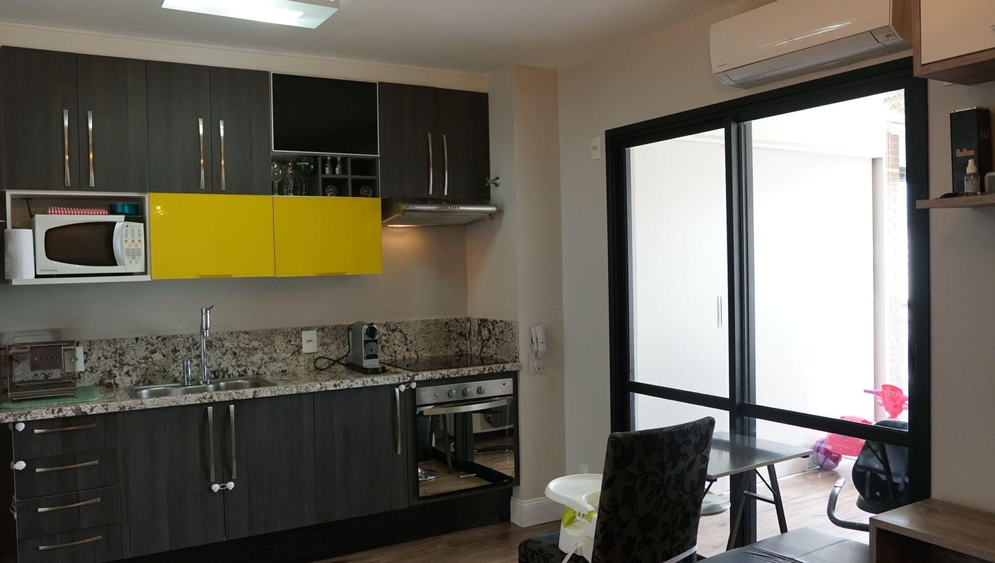 Foto de Cozinha com copo de vinho, pia, cadeira, microondas