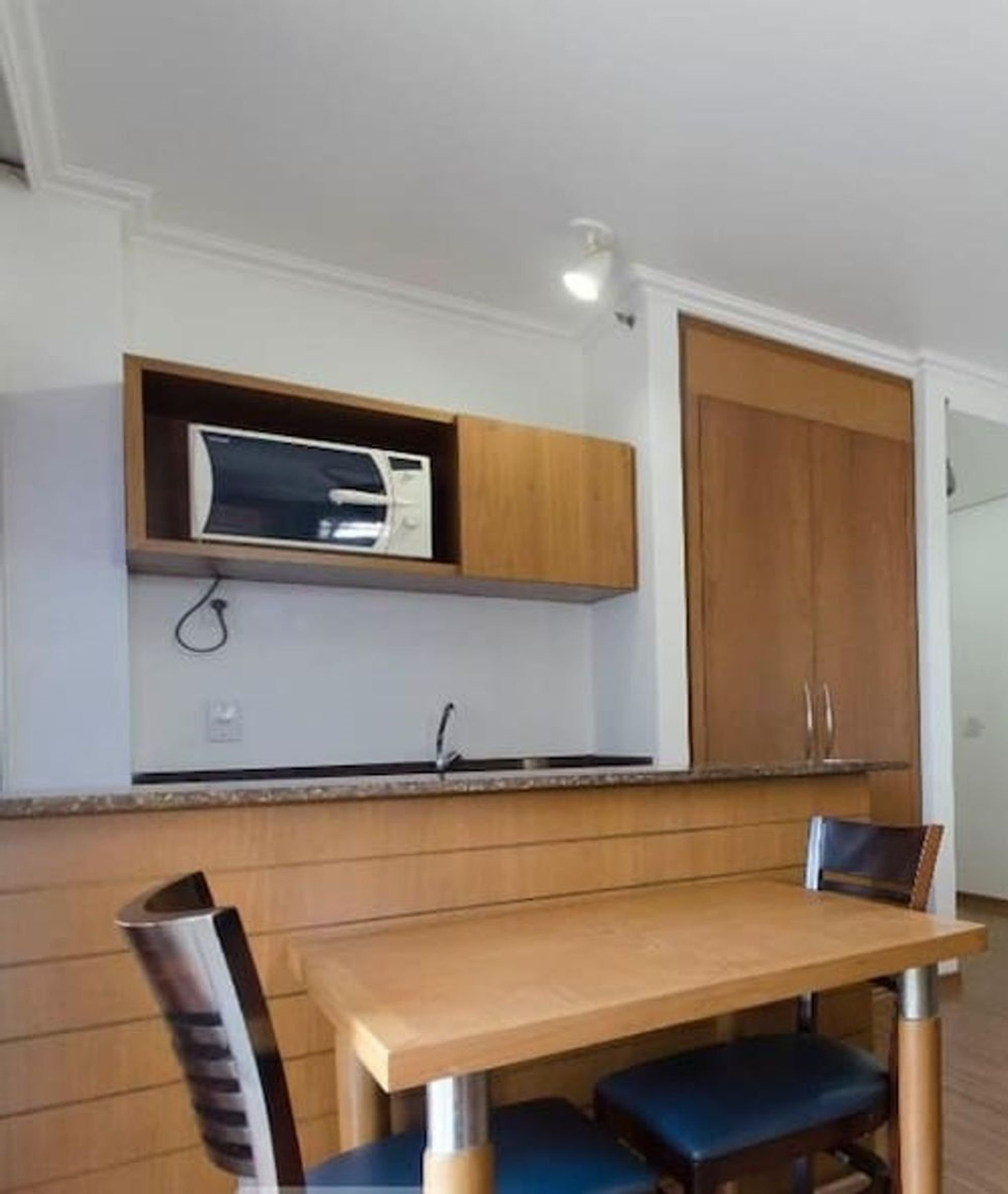 Foto de Sala com banco, televisão, cadeira