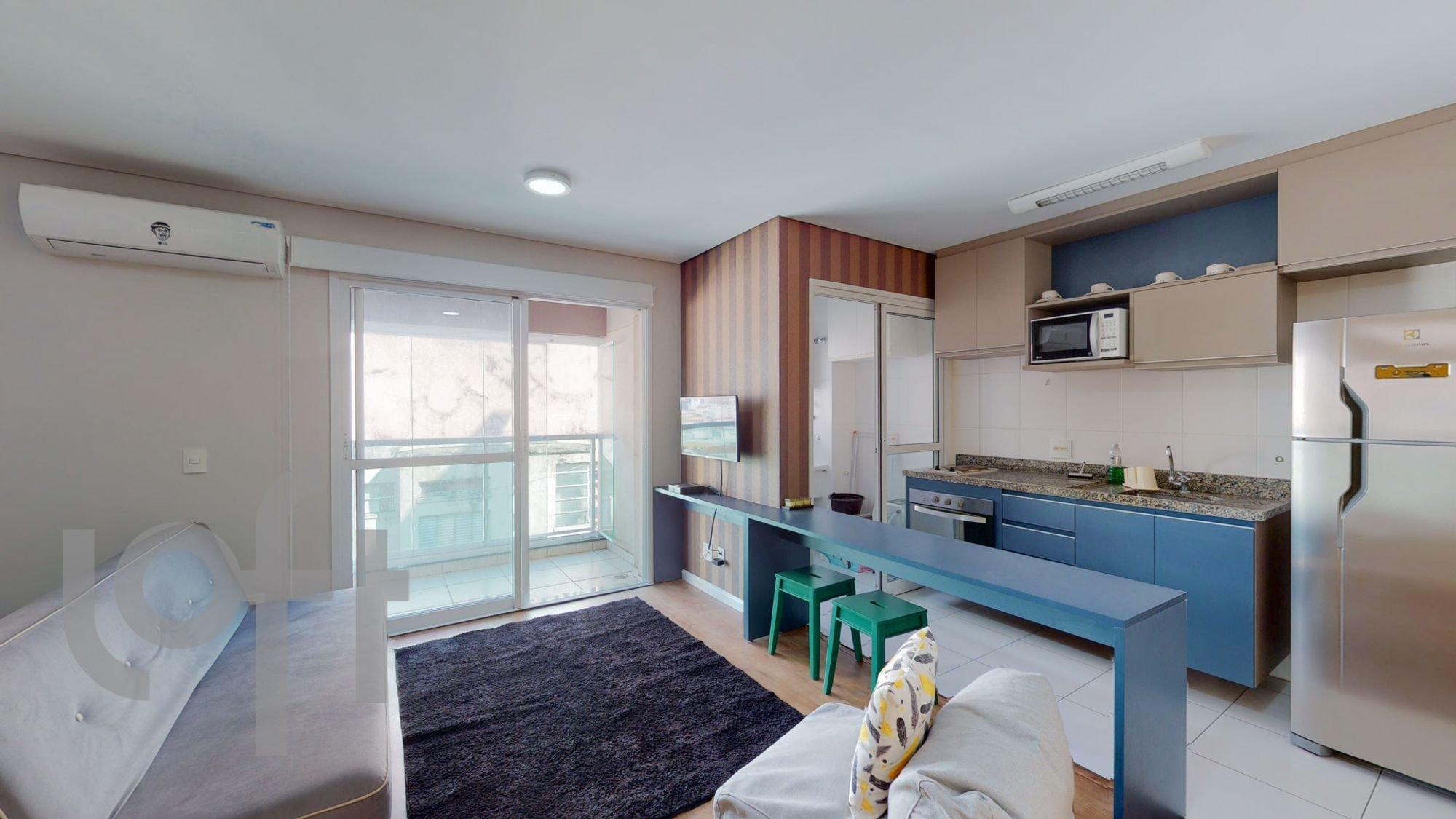 Foto de Cozinha com televisão, garrafa, geladeira, cadeira