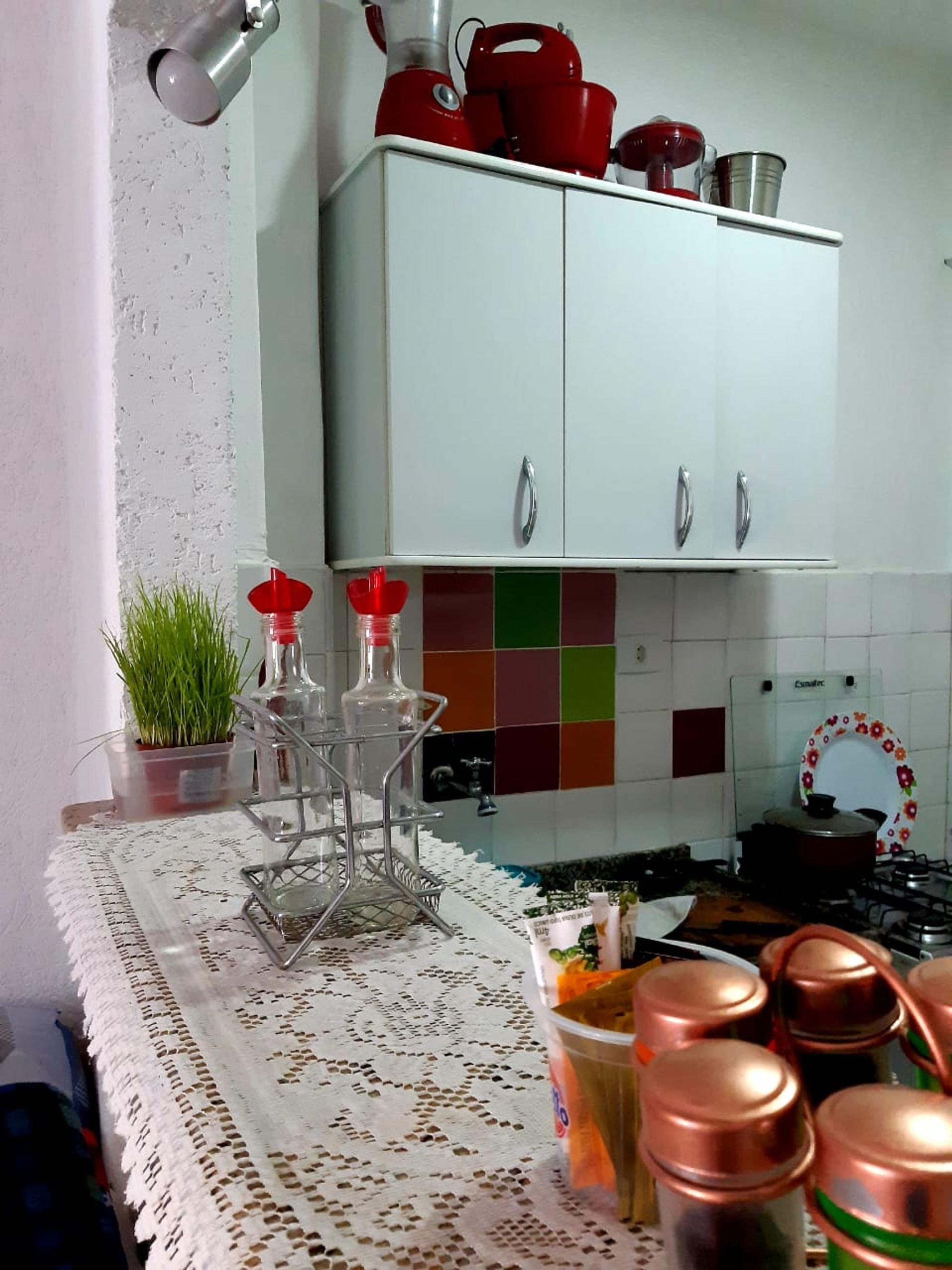 Foto de Cozinha com vaso de planta, tigela
