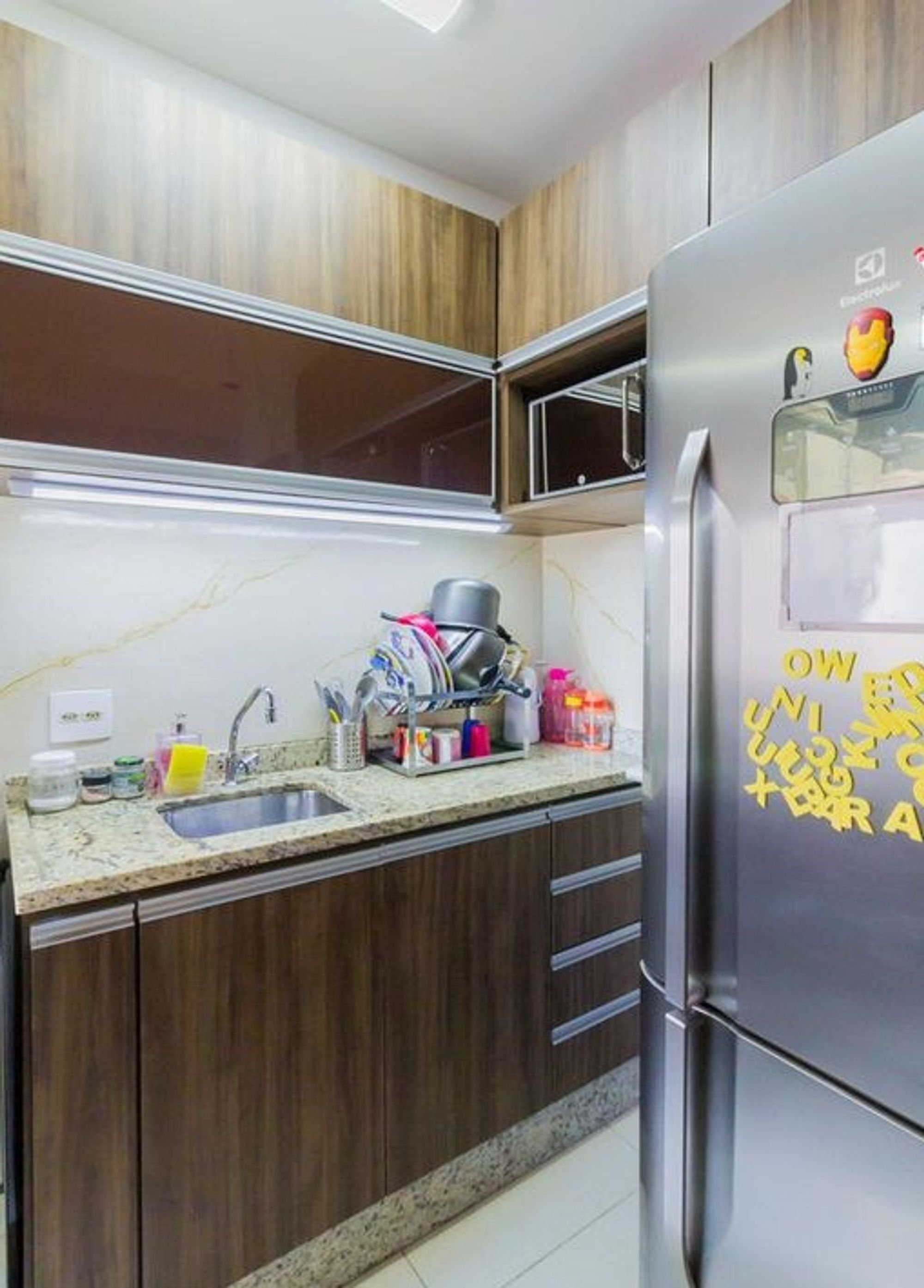 Foto de Cozinha com geladeira, pia