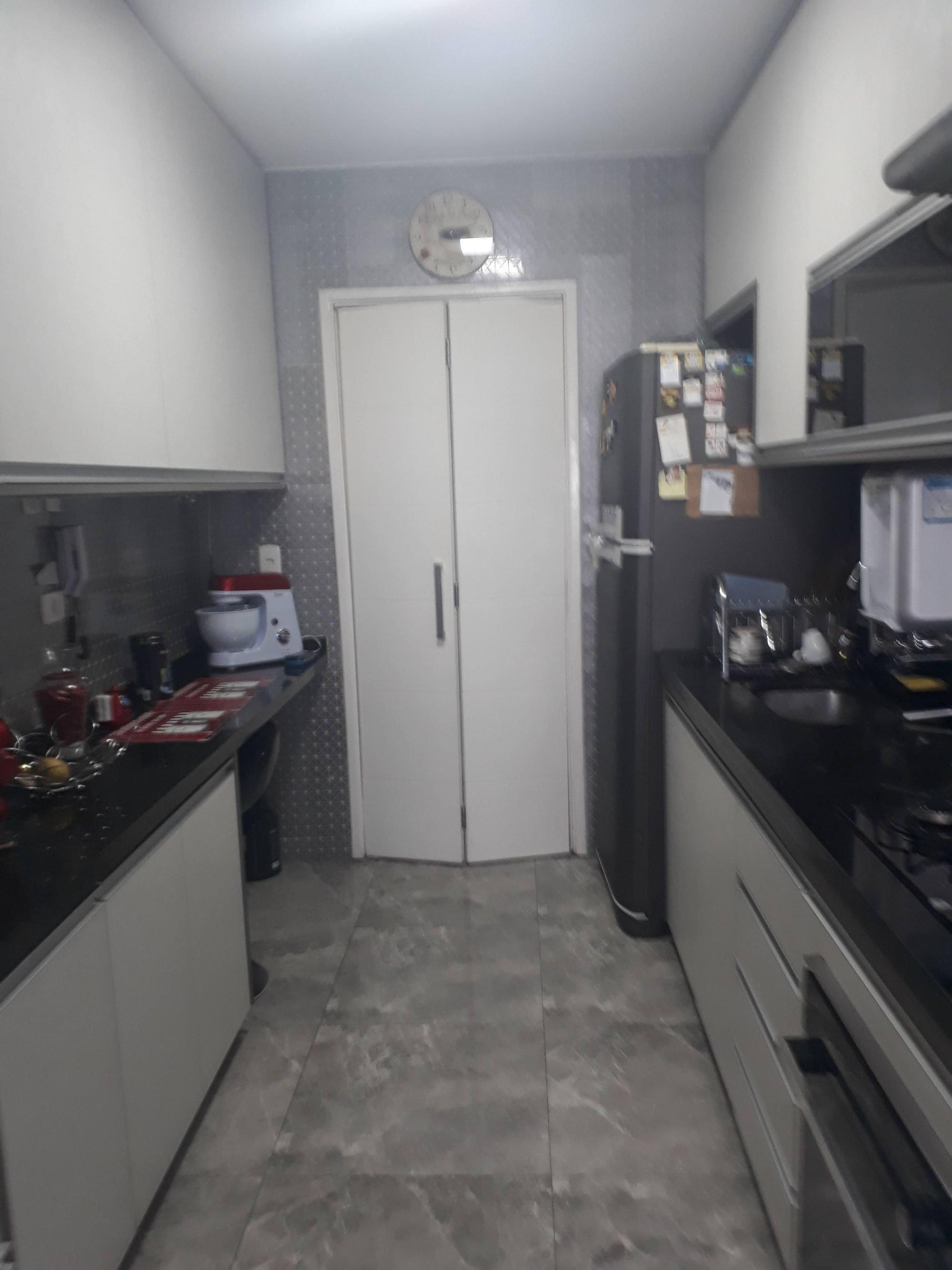 Foto de Cozinha com relógio, tigela, geladeira, pia, xícara