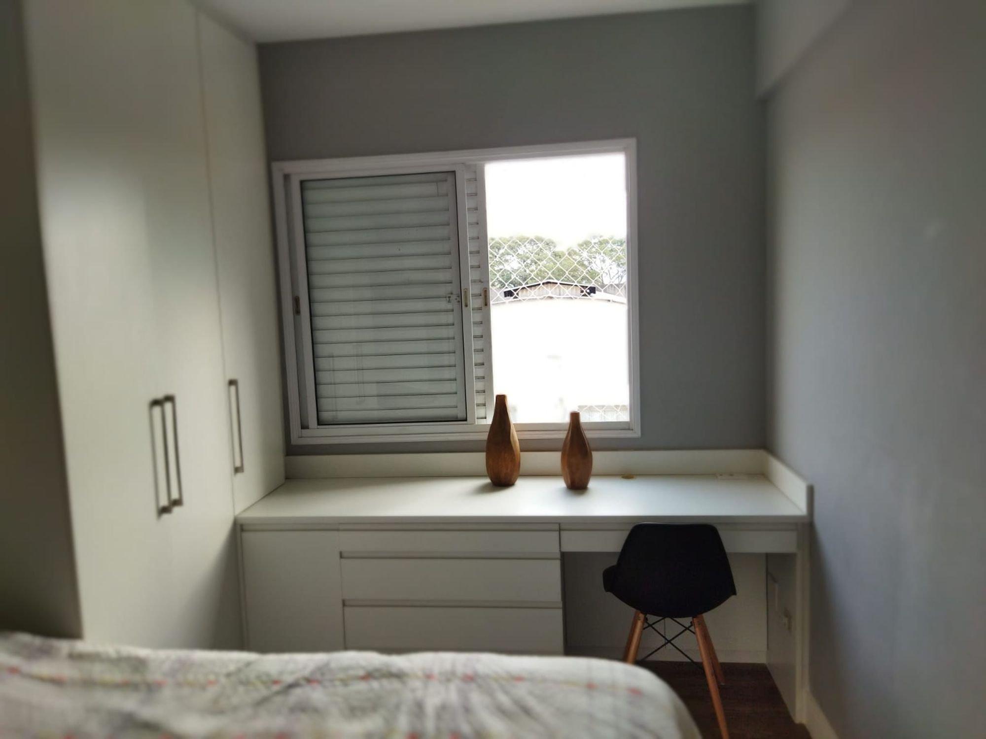 Foto de Quarto com cama, vaso, cadeira